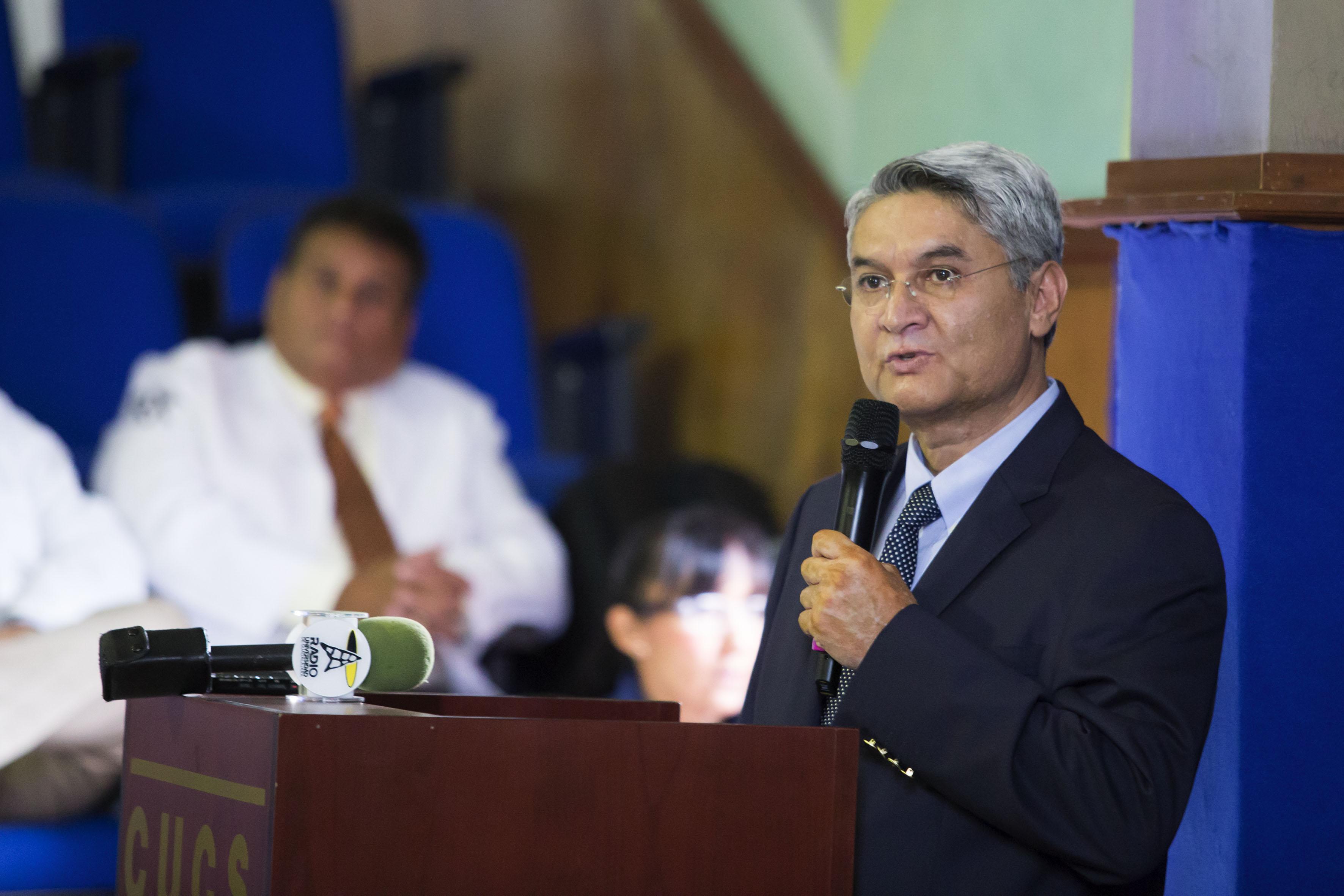 Dr. Rodrigo Ramos Zúñiga, jefe del Departamento de Neurociencias del CUCS haciendo uso de la palabra