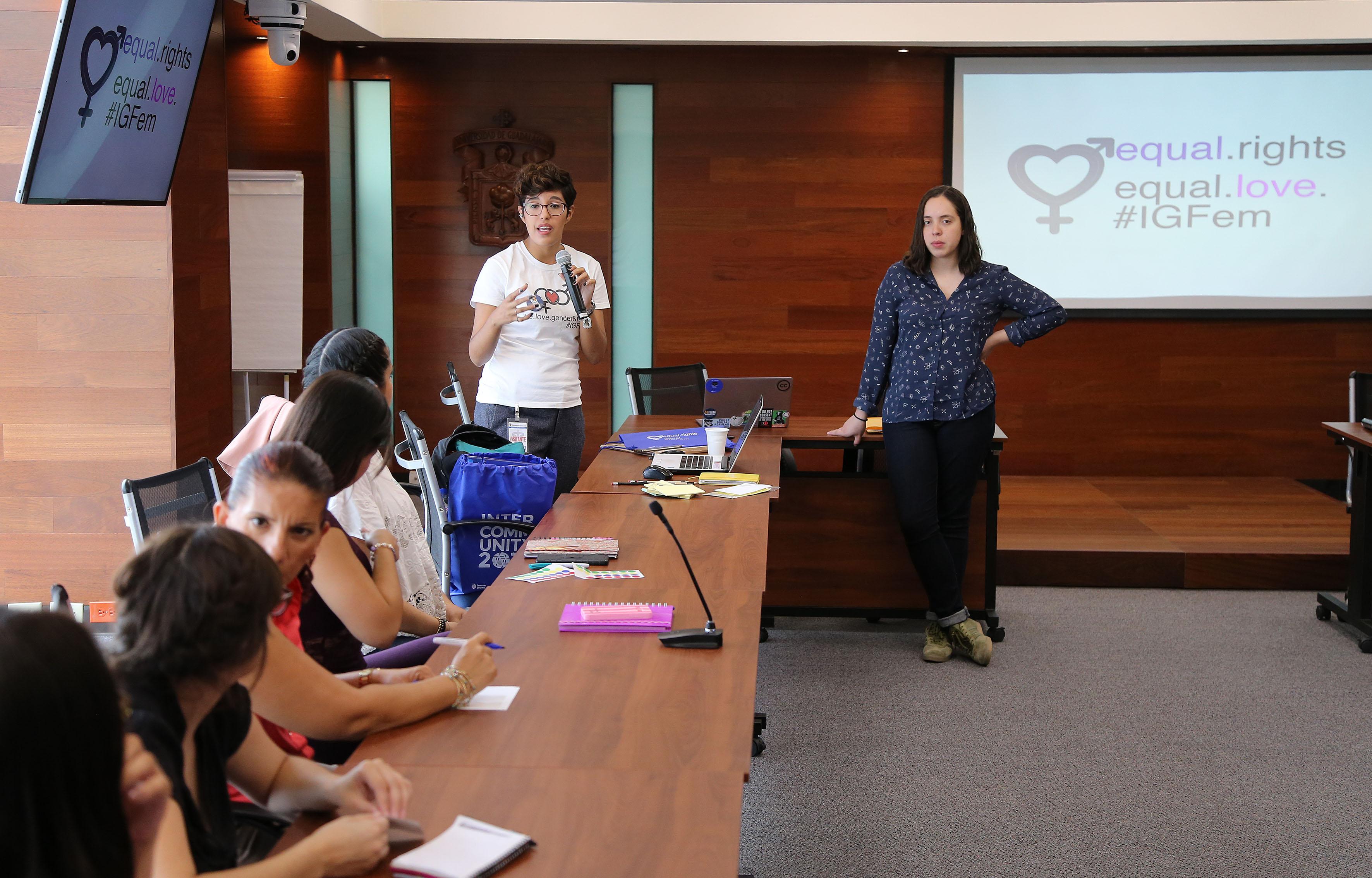 Participante al  Taller IGFem-Boot Camp haciendo uso de la palabra
