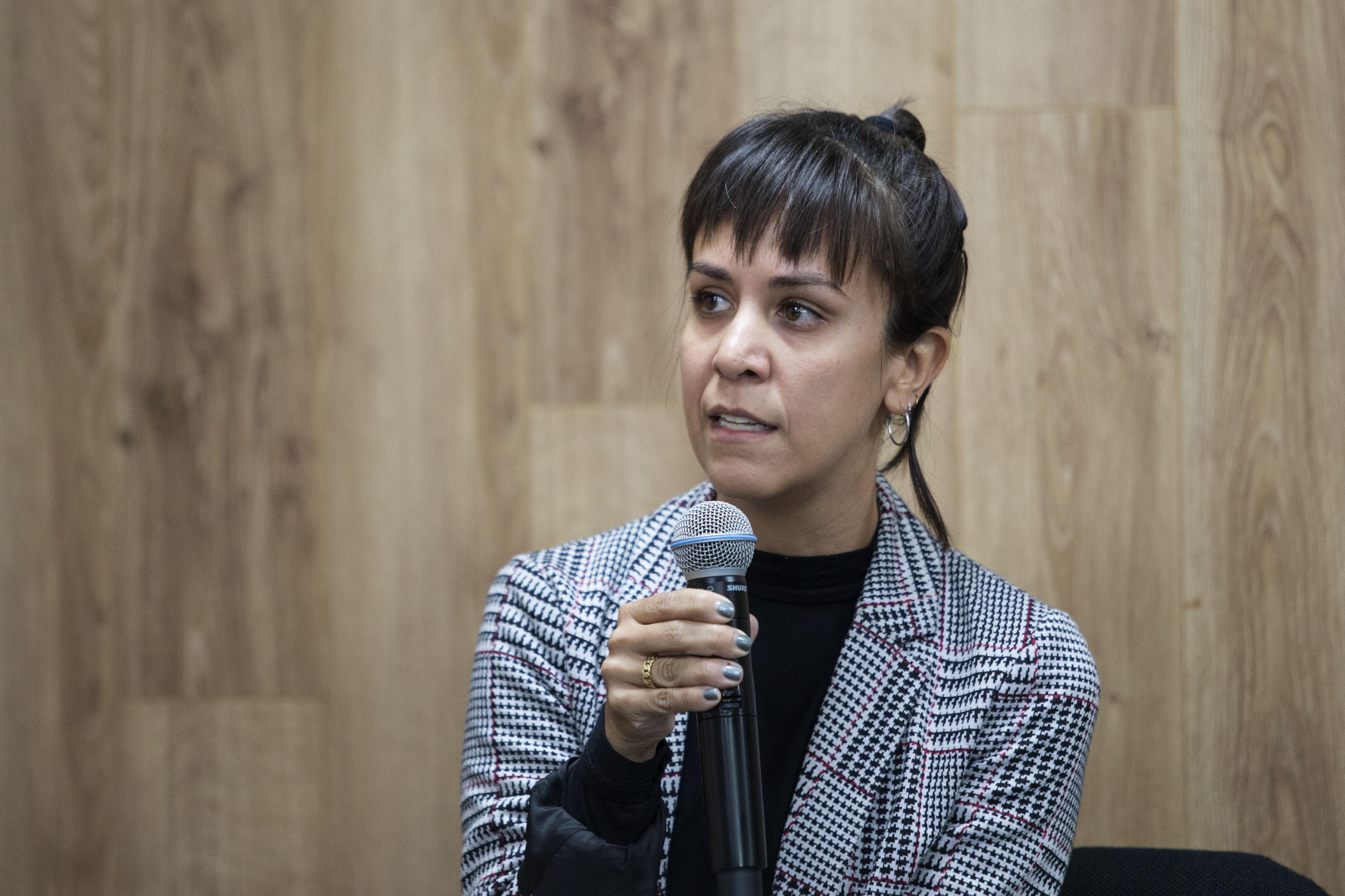 Mtra. Angélica Zuño Reyes, con micrófono en mano haciendo uso de la palabra.