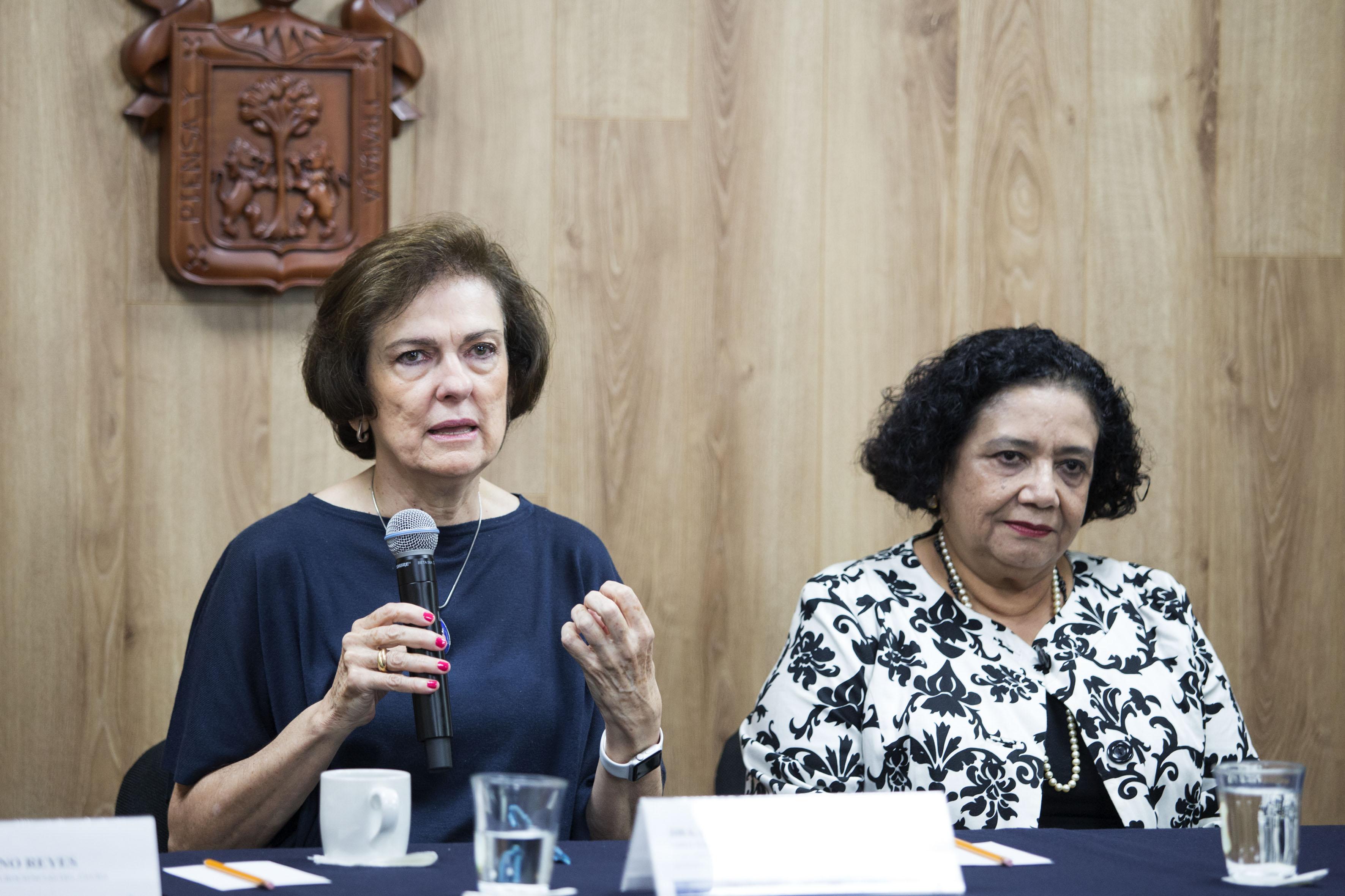 Doctora Esmeralda Matute Villaseñor, Directora del Instituto de Neurociencias del Centro Universitario de Ciencias Biológicas y Agropecuarias de la Universidad de Guadalajara; con micrófono en mano haciendo uso de la palabra.