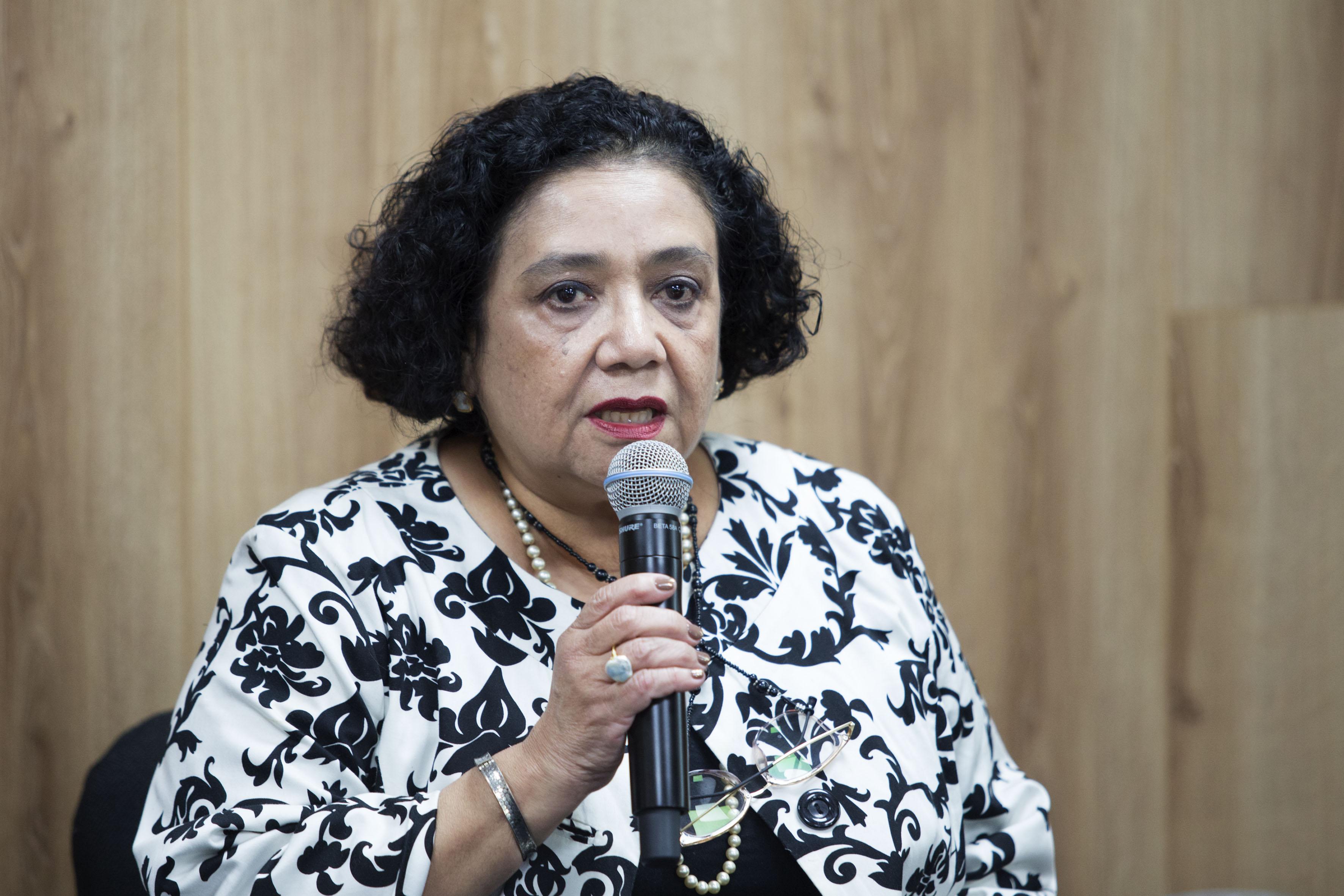 Doctora María de Lourdes Ramírez Dueñas, investigadora del Instituto de Neurociencias; con micrófono en mano haciendo uso de la palabra.
