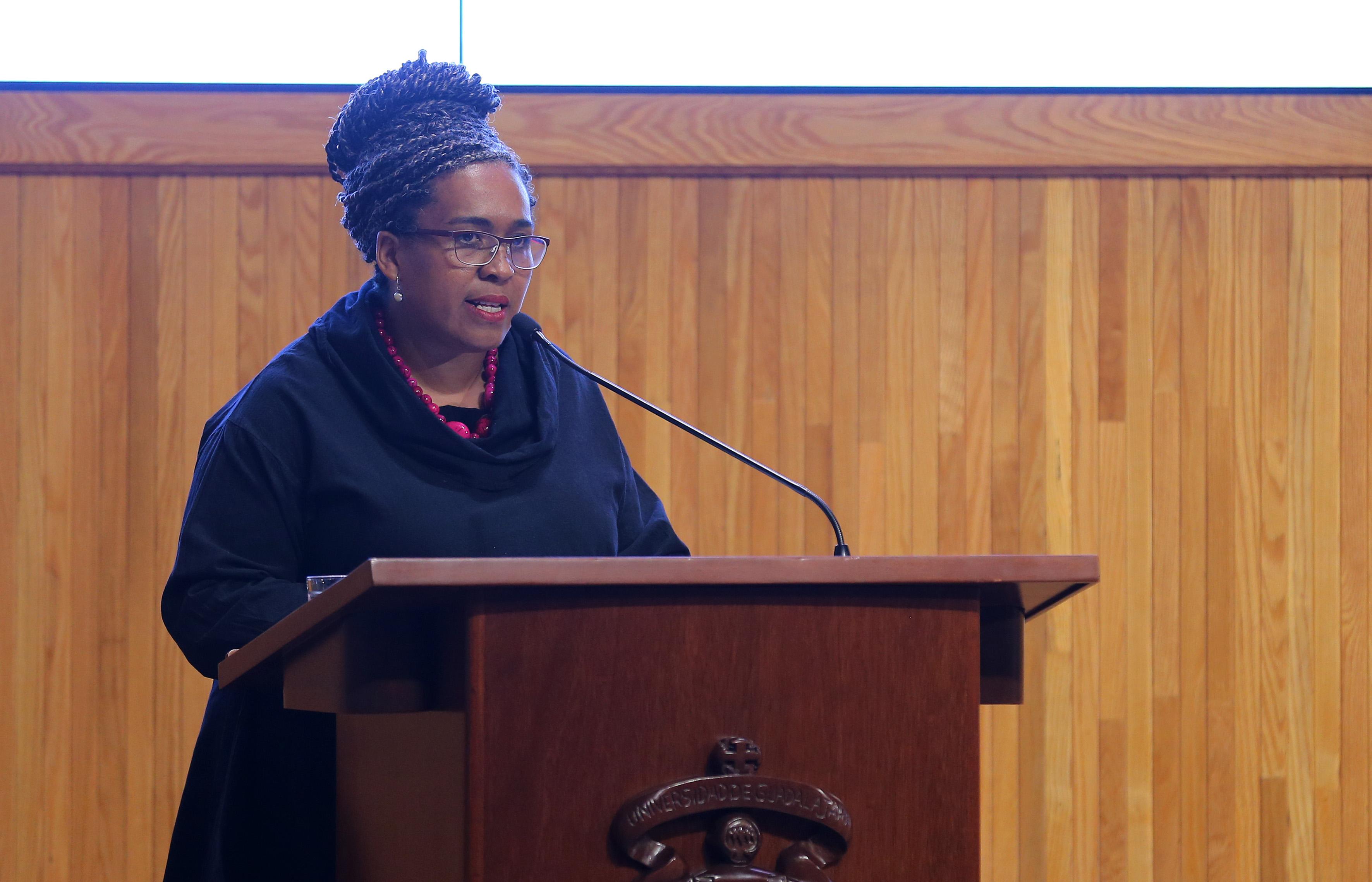 Académica de la Universidad de Cambridge impartiendo la conferencia en la Cátedra de la Interculturalidad.