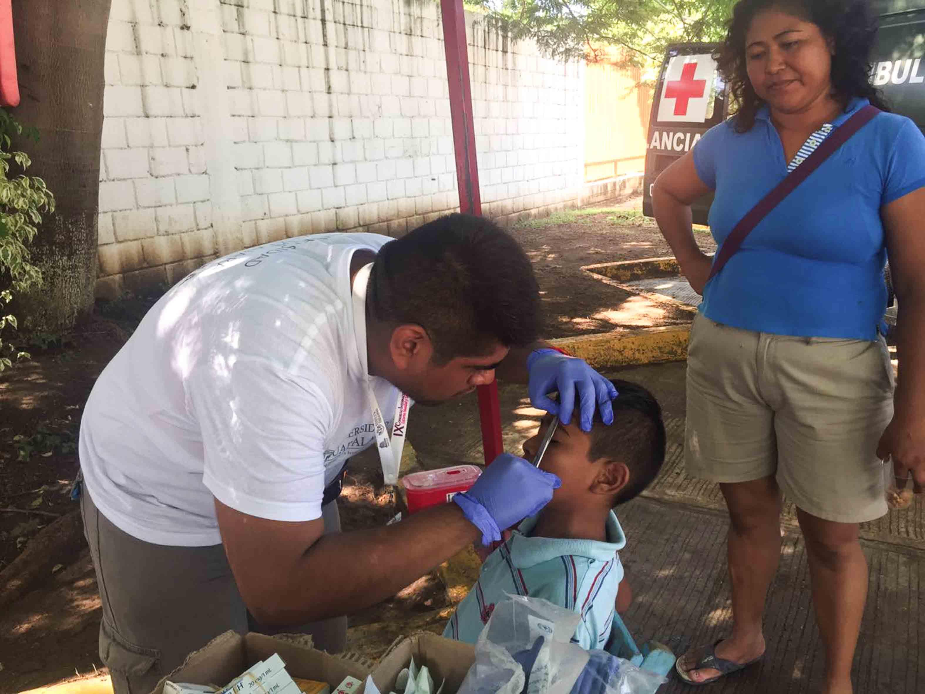 Brigadista atendiendo a los afectados por los sismos