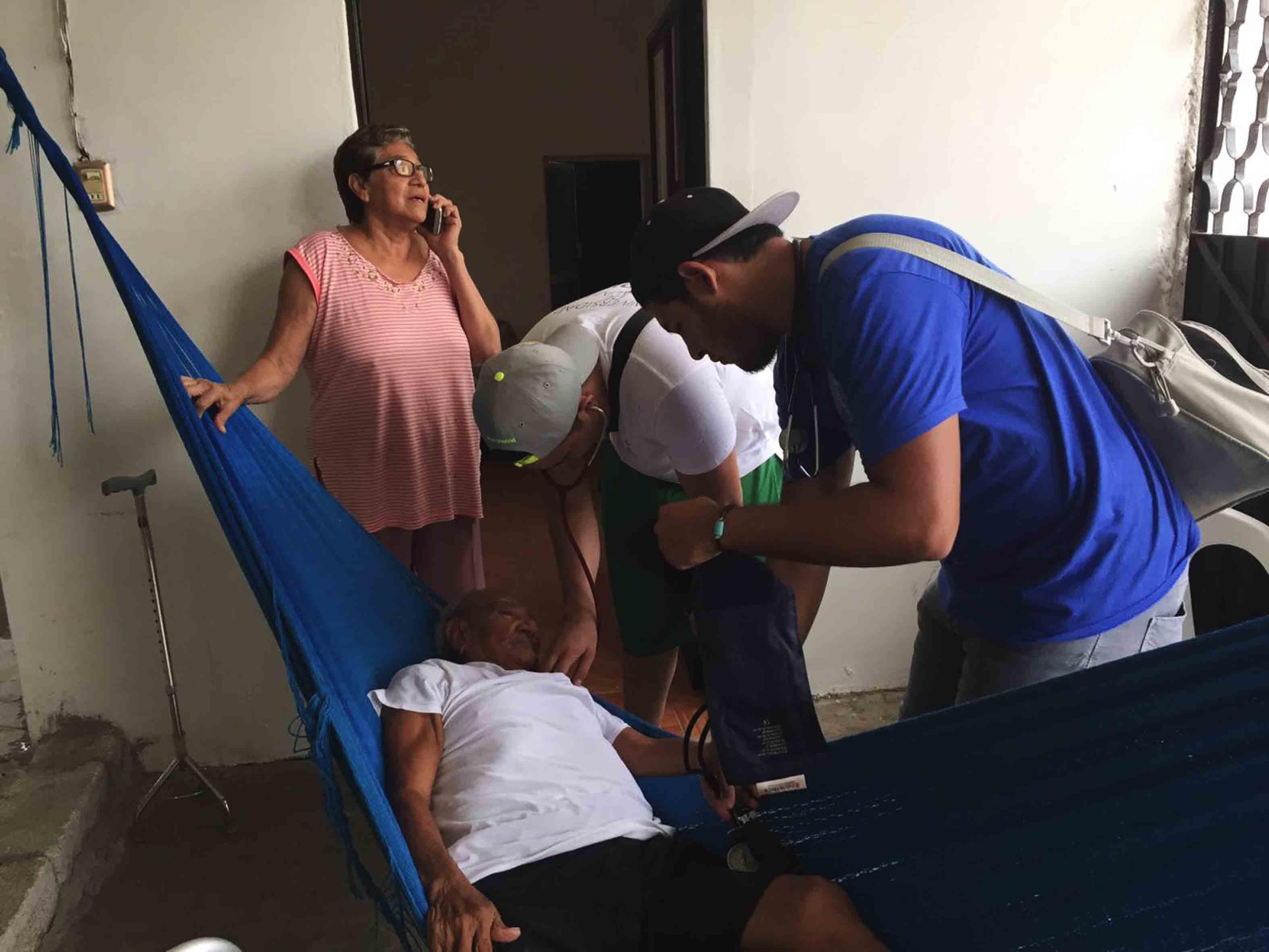 Brigadistas atendiendo a los afectados por los sismos