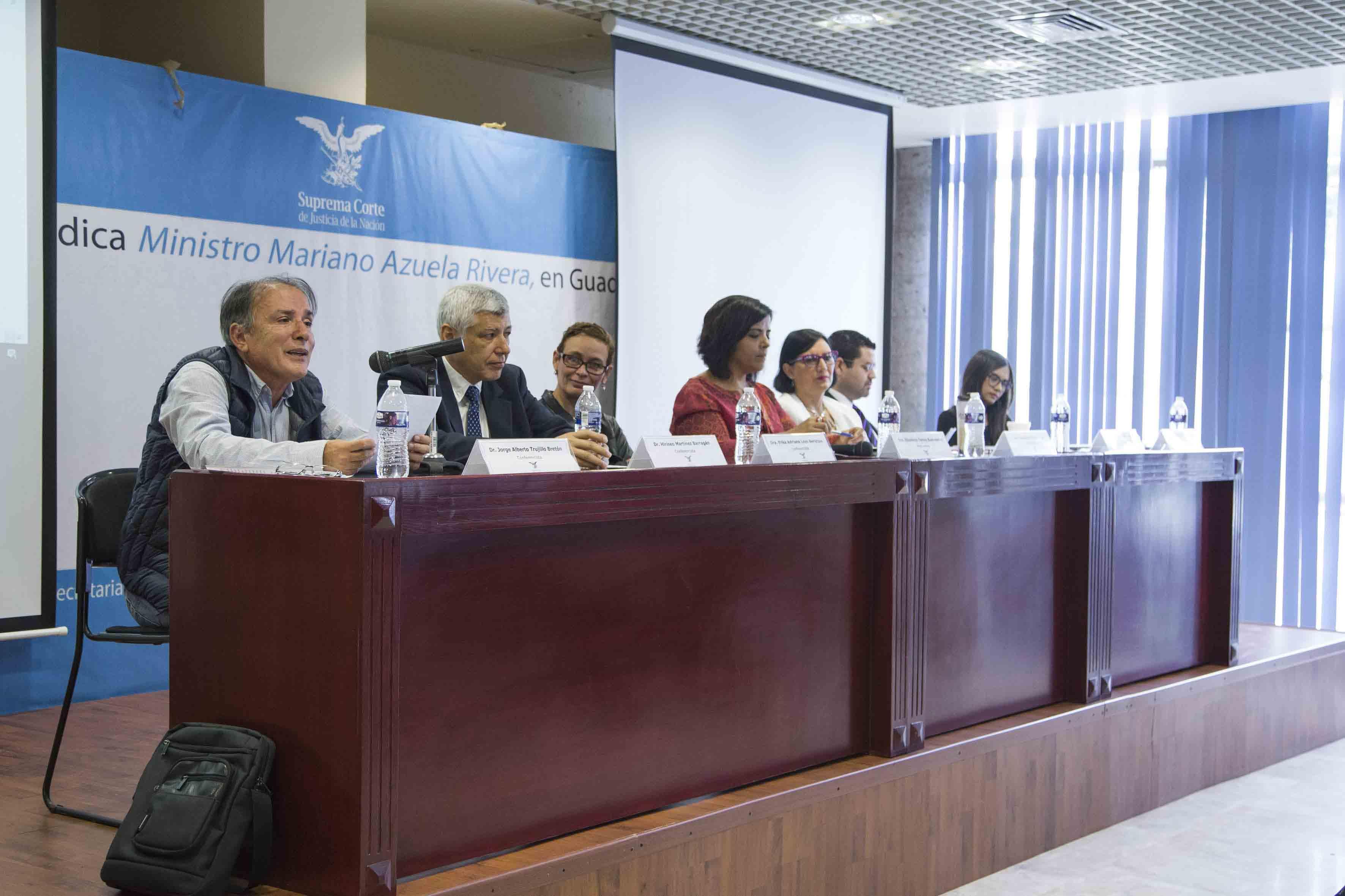 """Mesa """"La cultura de la violencia"""", como parte del segundo foro """"El contexto de violencia en Jalisco y el involucramiento de los jóvenes"""", organizado por el Centro Universitario de Ciencias Sociales y Humanidades (CUCSH)."""