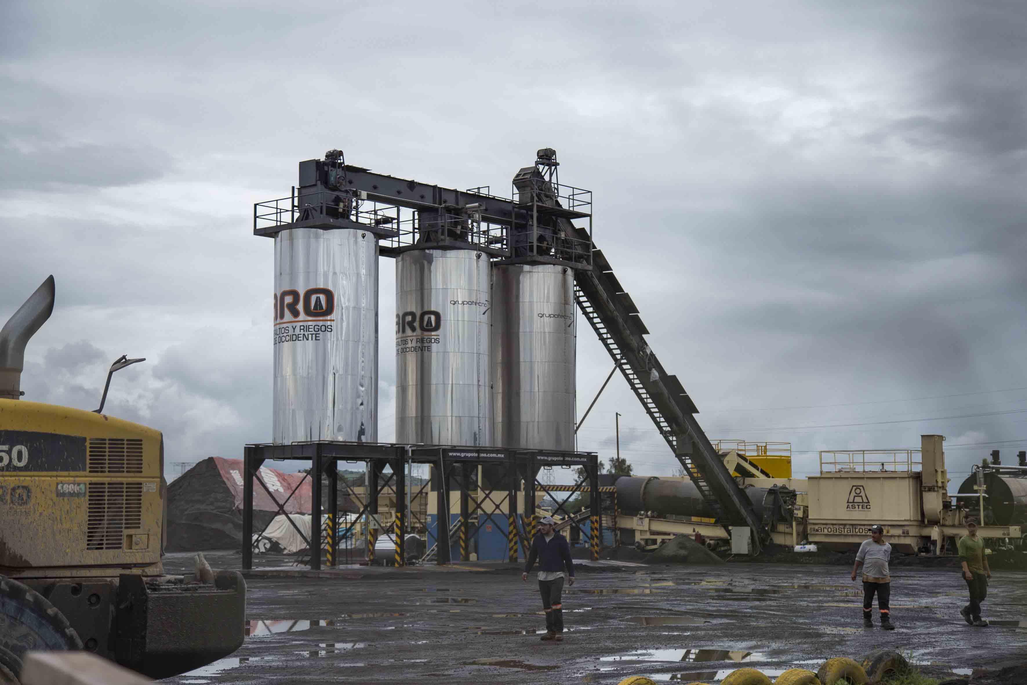 Industria del asfalto en operación.