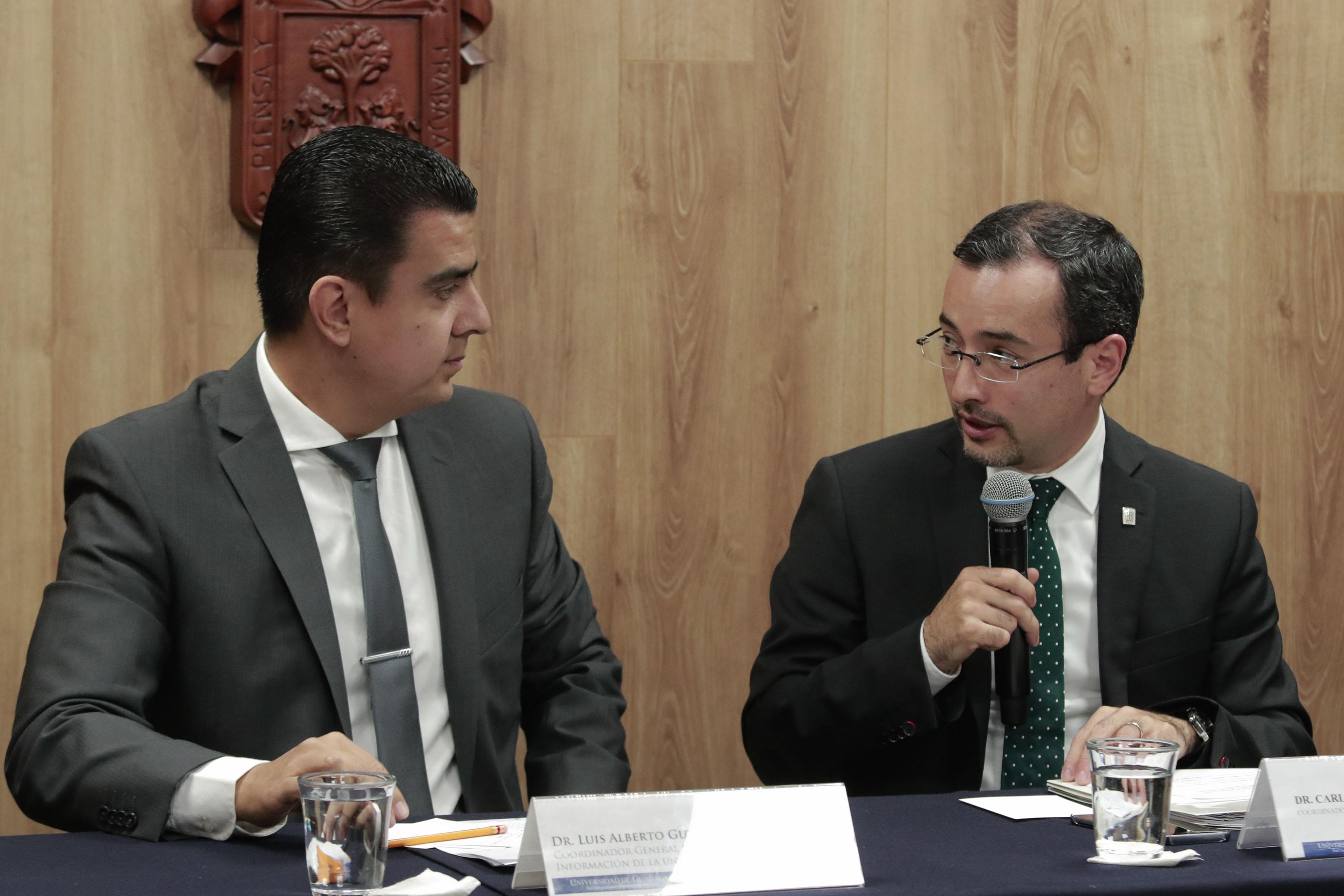 Doctor Carlos Iván Moreno Arellano, coordinador general de Cooperación e Internacionalización, interactuando con el doctor Luis Alberto Gutiérrez Díaz de León, titular de la Coordinación General de Tecnologías de la Información, durante rueda de prensa.