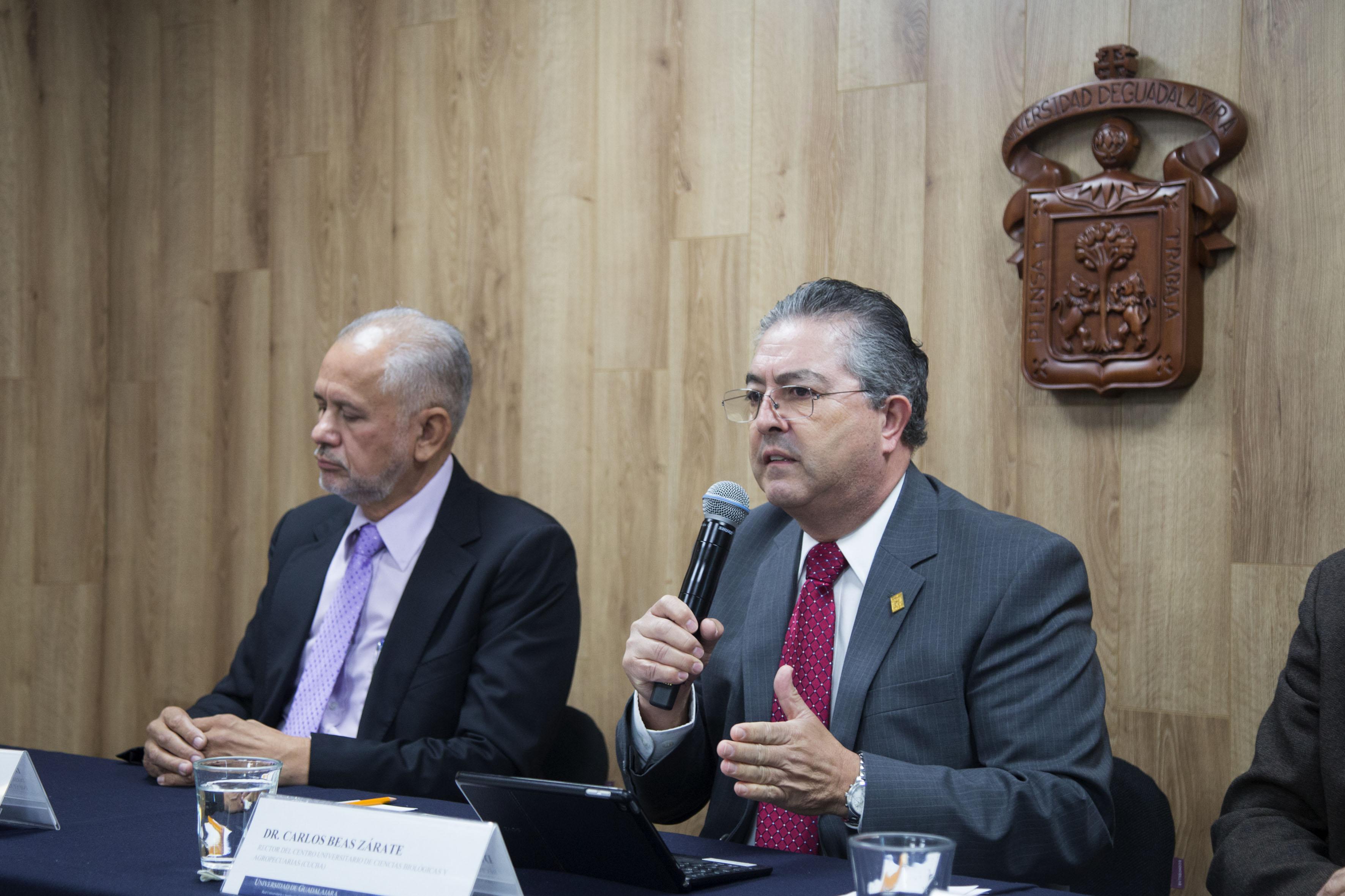 Doctor Carlos Beas Zárate, Rector del Centro Universitario de Ciencias Biológicas y Agropecuarias, participando en conferencia de prensa.