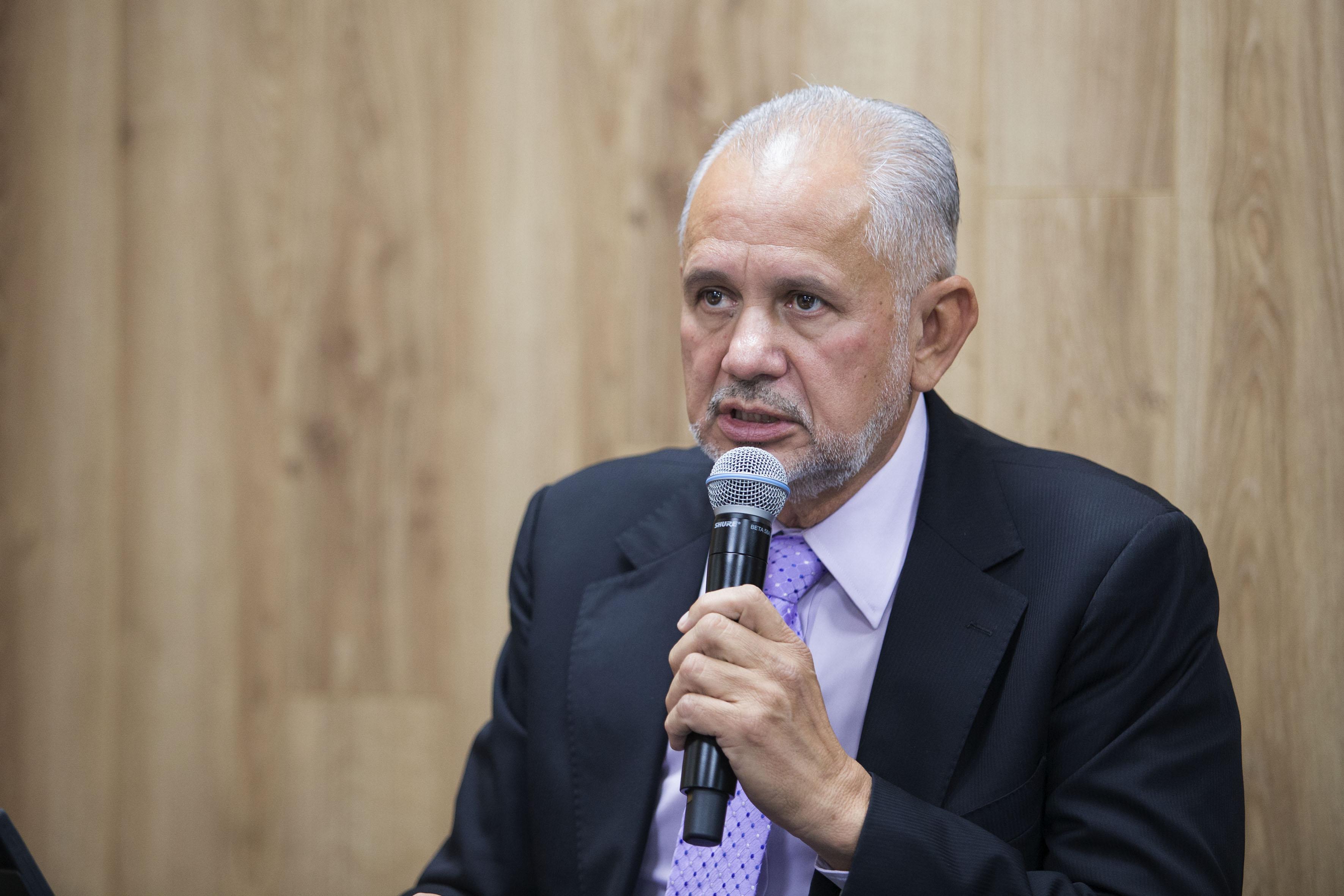 Doctor Fernando de la Torre Sánchez, director del Centro Nacional de Recursos Genéticos del INIFAP de Tepatitlán, Jalisco., frente al micrófono.