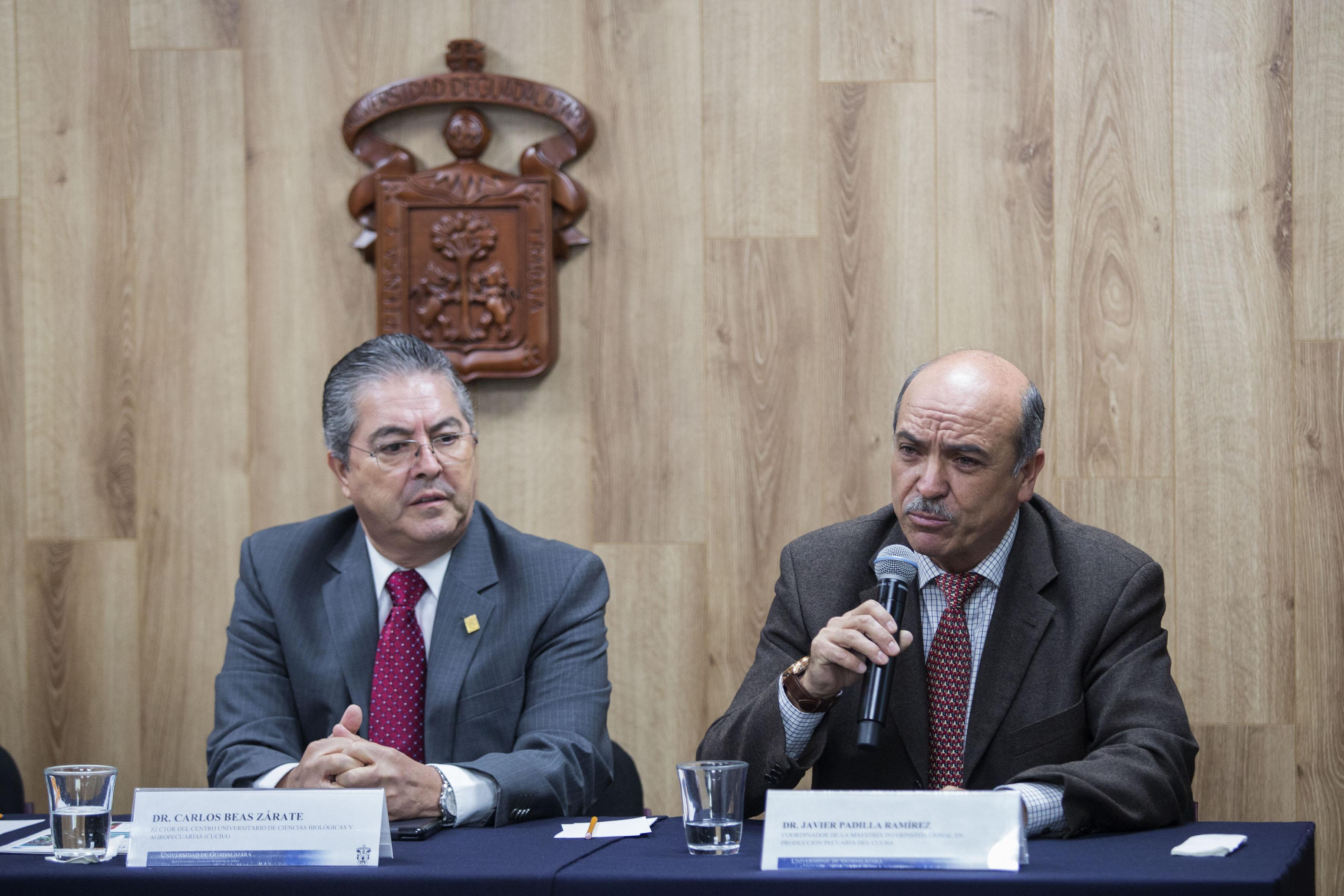 Doctor Javier Padilla Ramírez, coordinador de la Maestría Interinstitucional en Producción Pecuaria, del Centro Universitario de Ciencias Biológicas y Agropecuarias, participando en rueda de prensa.