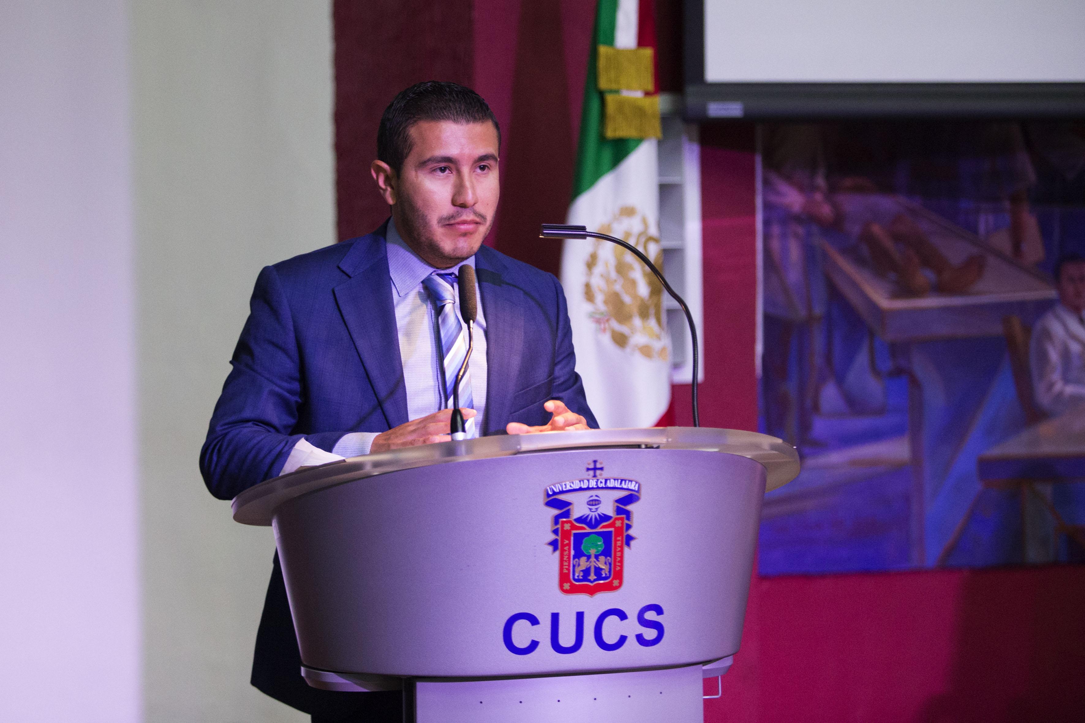Coordinador de la licenciatura en Cultura Física y Deportes, licenciado Anthony Gabriel Alonso García; haciendo uso de la palabra, en podium del evento.