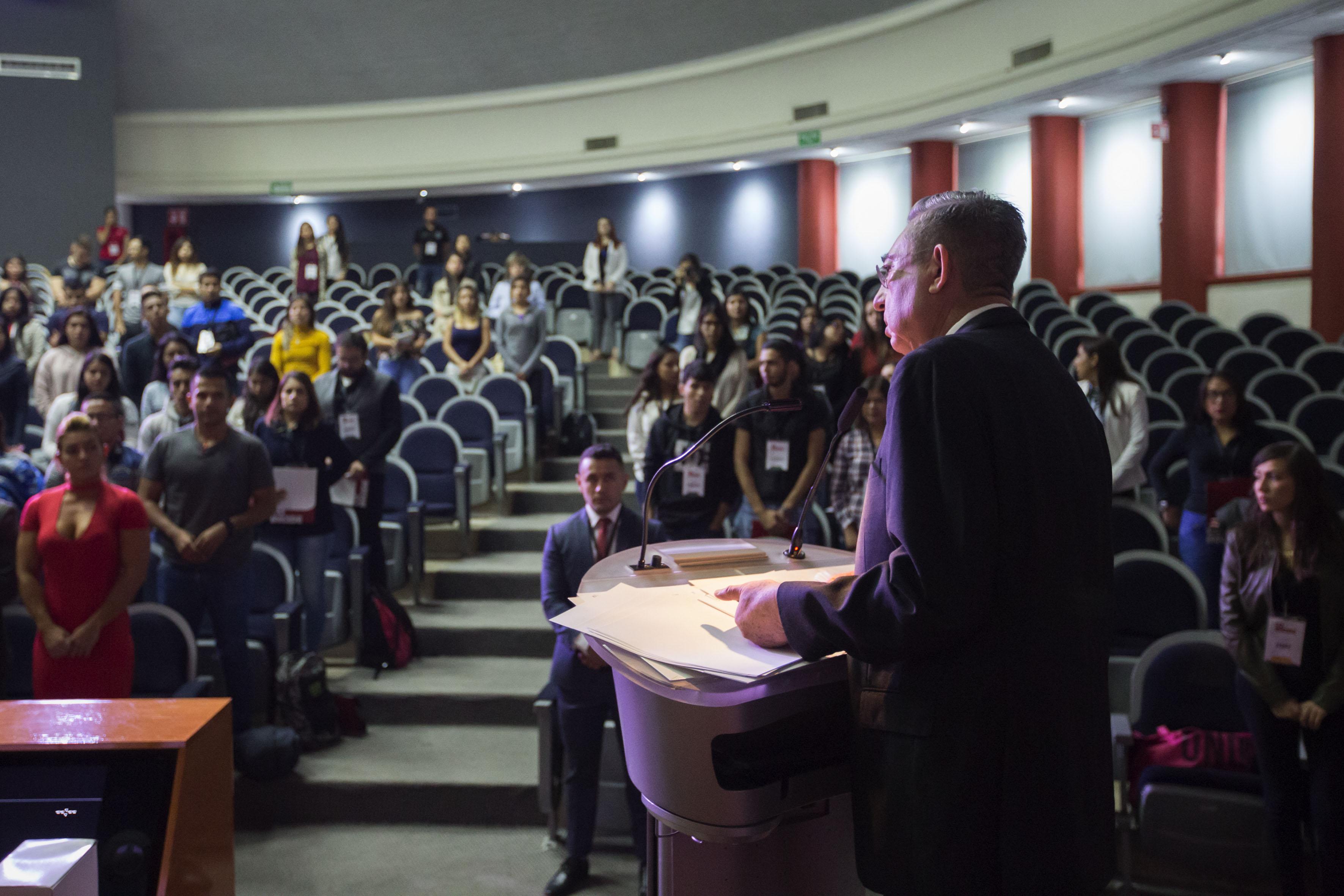 Secretario académico del CUCS, maestro Rogelio Zambrano Guzmán, en podium del evento, haciendo uso de la palabra, durante acto inagural.