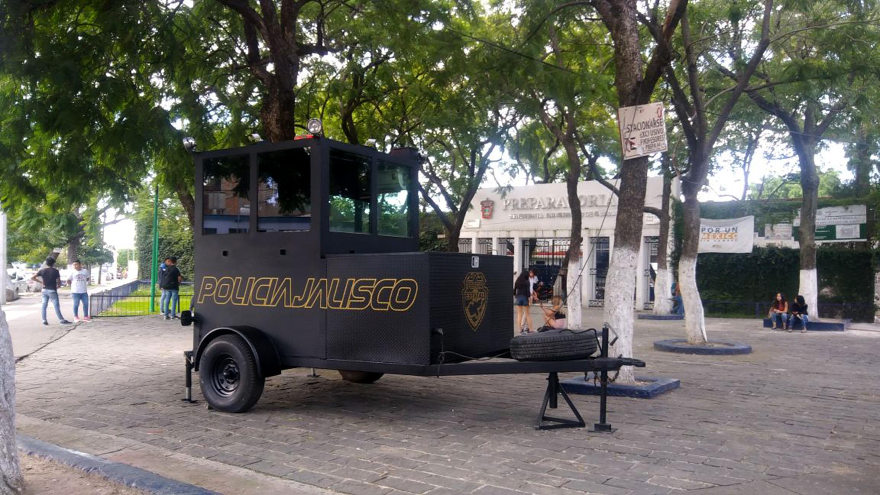 """Caseta de vigilancia móvil, que consta de dos ruedas, y un enganche de remolque, con la leyenda """"Policía Jalisco""""."""