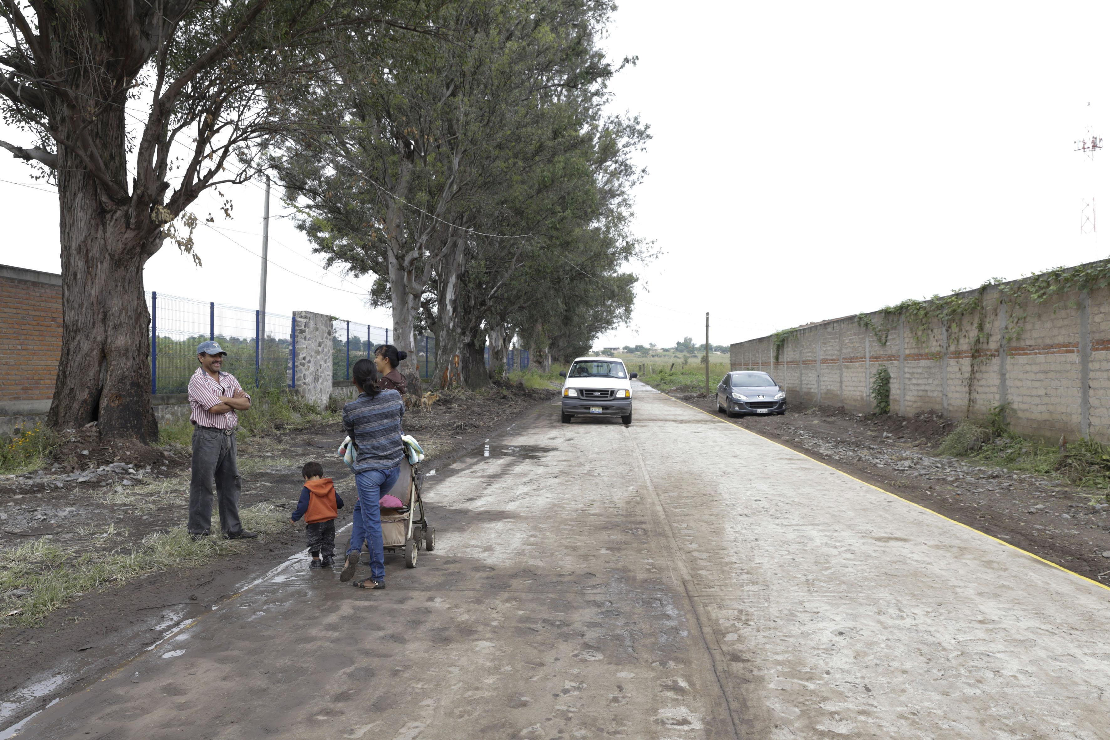 Habitantes de colonias aledañas, transitando por el nuevo camino de acceso al Centro Universitario de Tonalá.