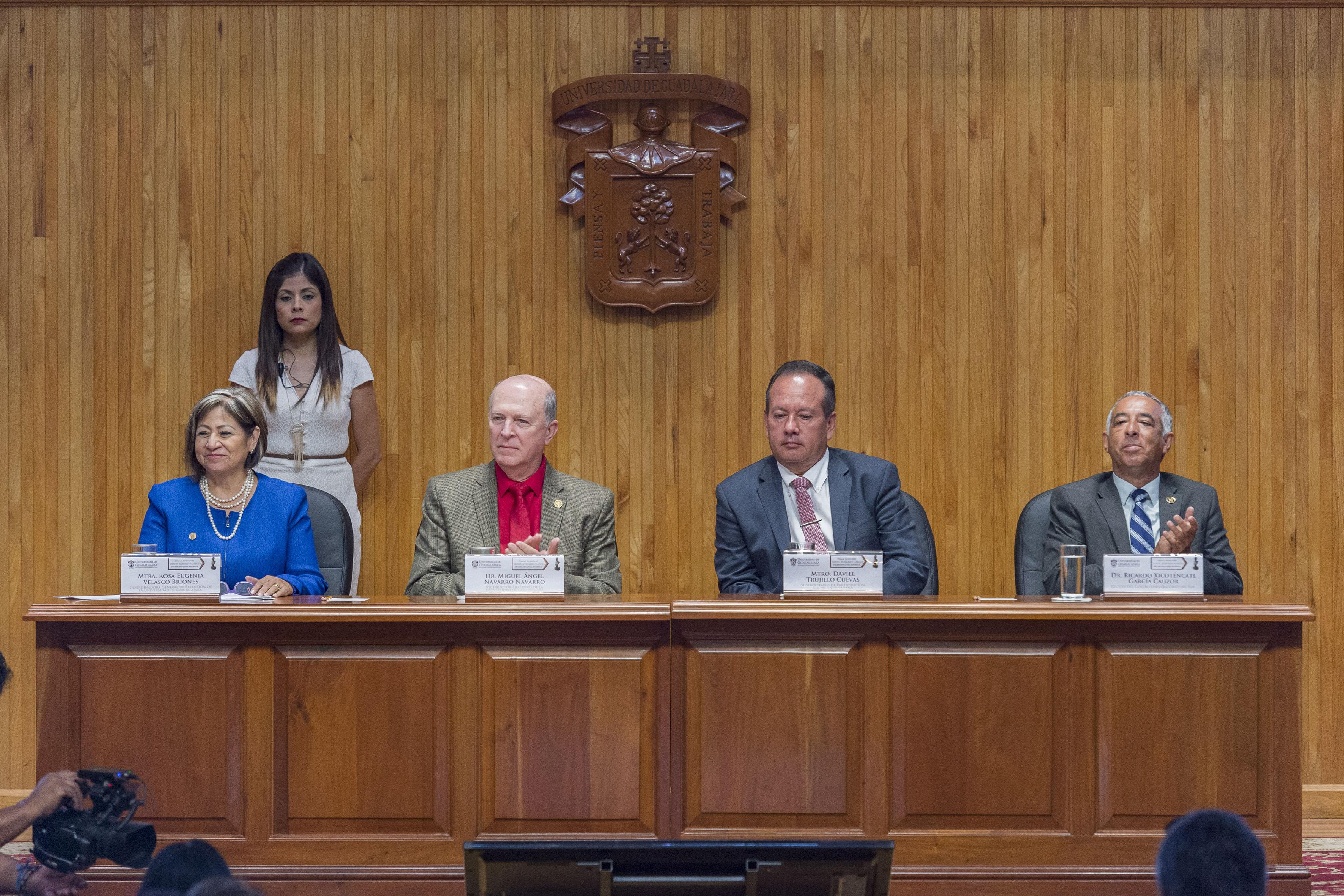 Miembros del presidium encabezada por el Dr Miguel Ángel Navarro Navarro, Vicerrector Ejecutivo de esta Casa de Estudio