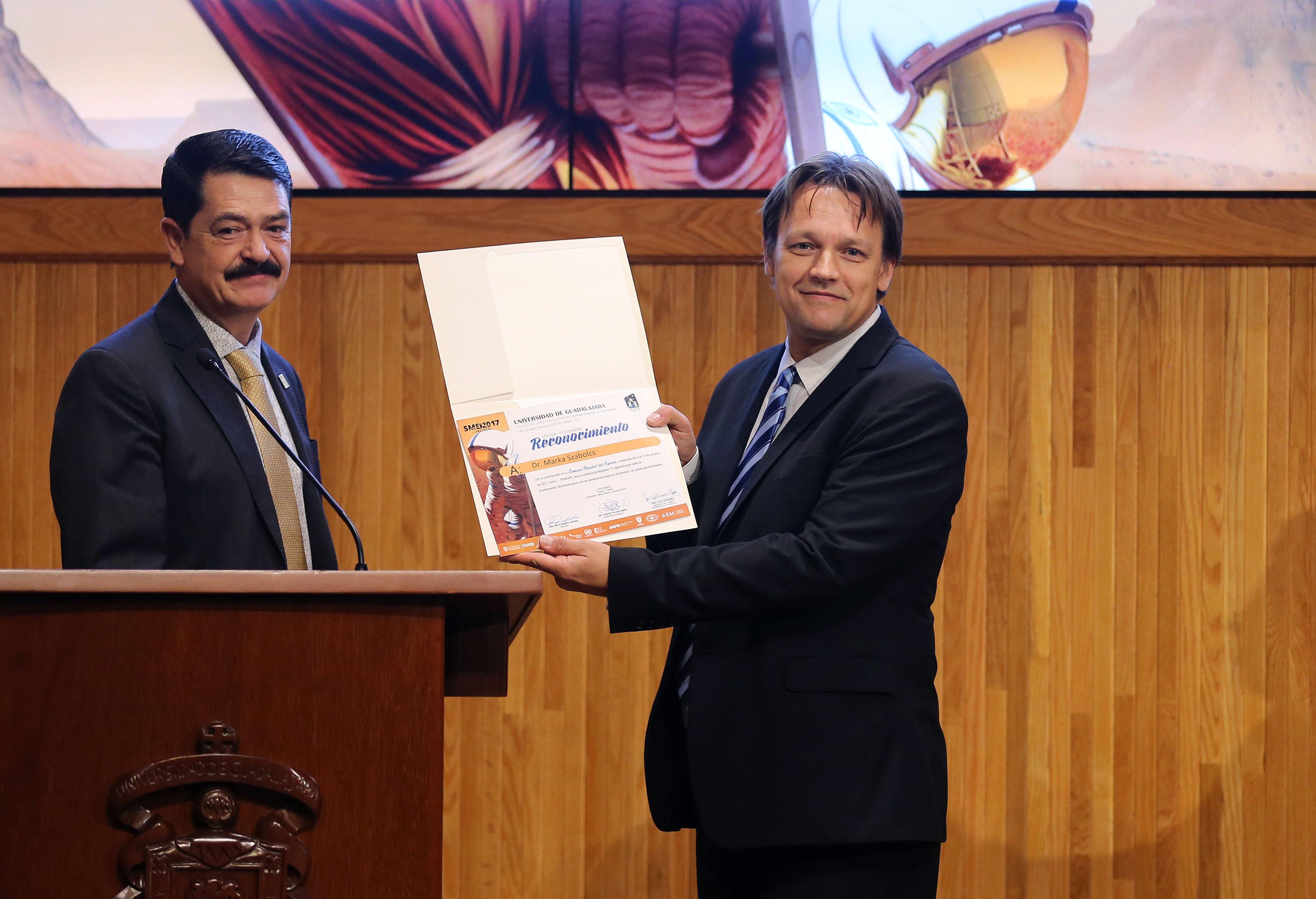 Doctor Marka Szabolcs, académico de la Universidad de Columbia, en Nueva York, este martes durante la clausura de la Semana Mundial del Espacio que organizó el Centro Universitario de Ciencias Exactas e Ingenierías (CUCEI), de la Universidad de Guadalajara (UdeG). mostrando reconocimiento