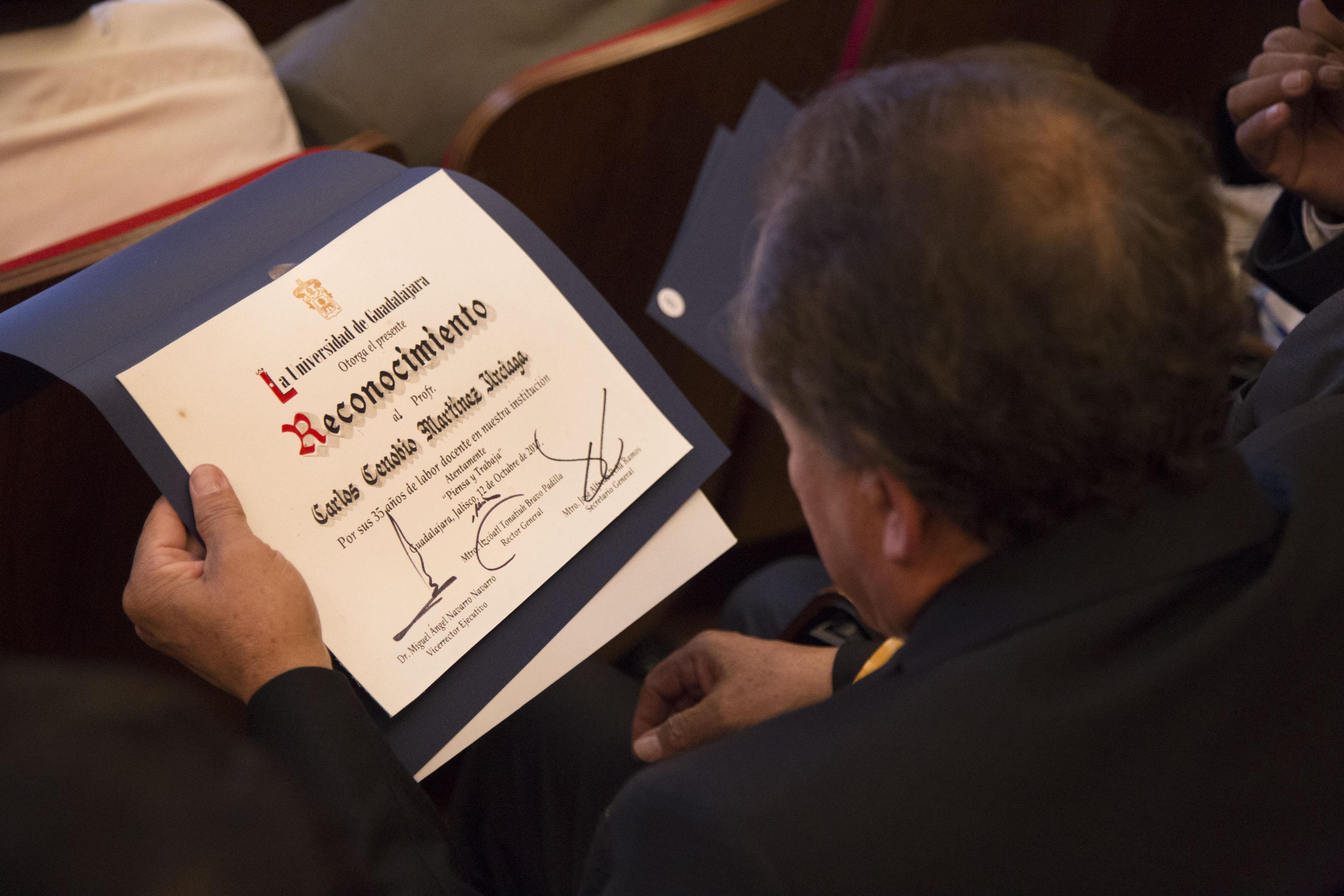 Carlos Cenobio Martinez Urciaga mostrando su reconocimiento por 35 años de trayectoria