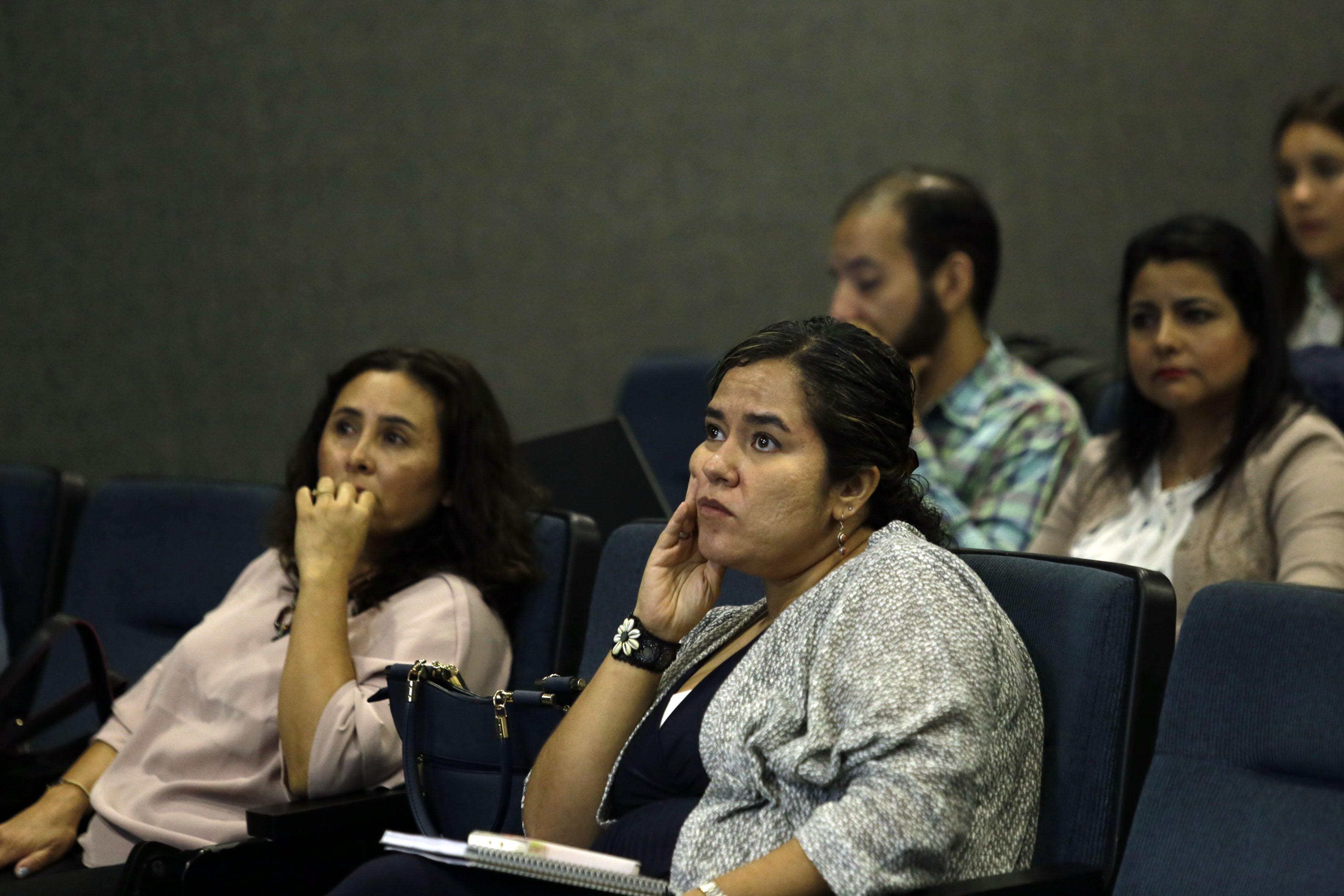 """Publico asistente a la Primera mesa del segundo seminario sobre """"Pobreza e inseguridad en México"""", que tuvo lugar en el Centro Universitario de Ciencias Económico Administrativas (CUCEA) de la UdeG"""