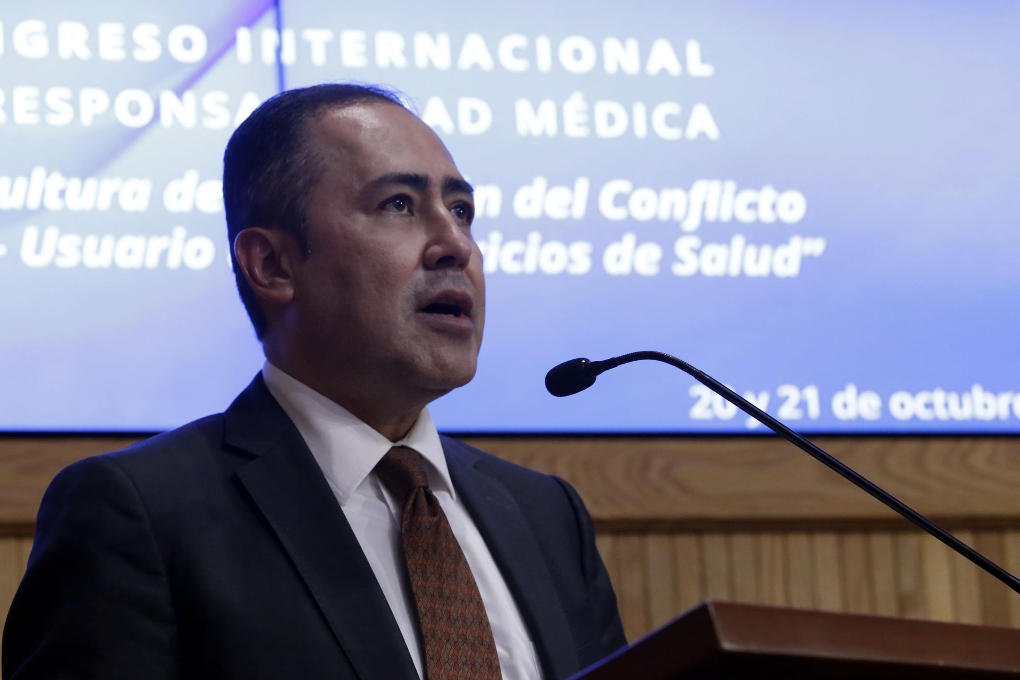 Doctor Jaime F. Andrade Villanueva, Rector del Centro Universitario de Ciencias de la Salud (CUCS) haciendo uso de la palabra.
