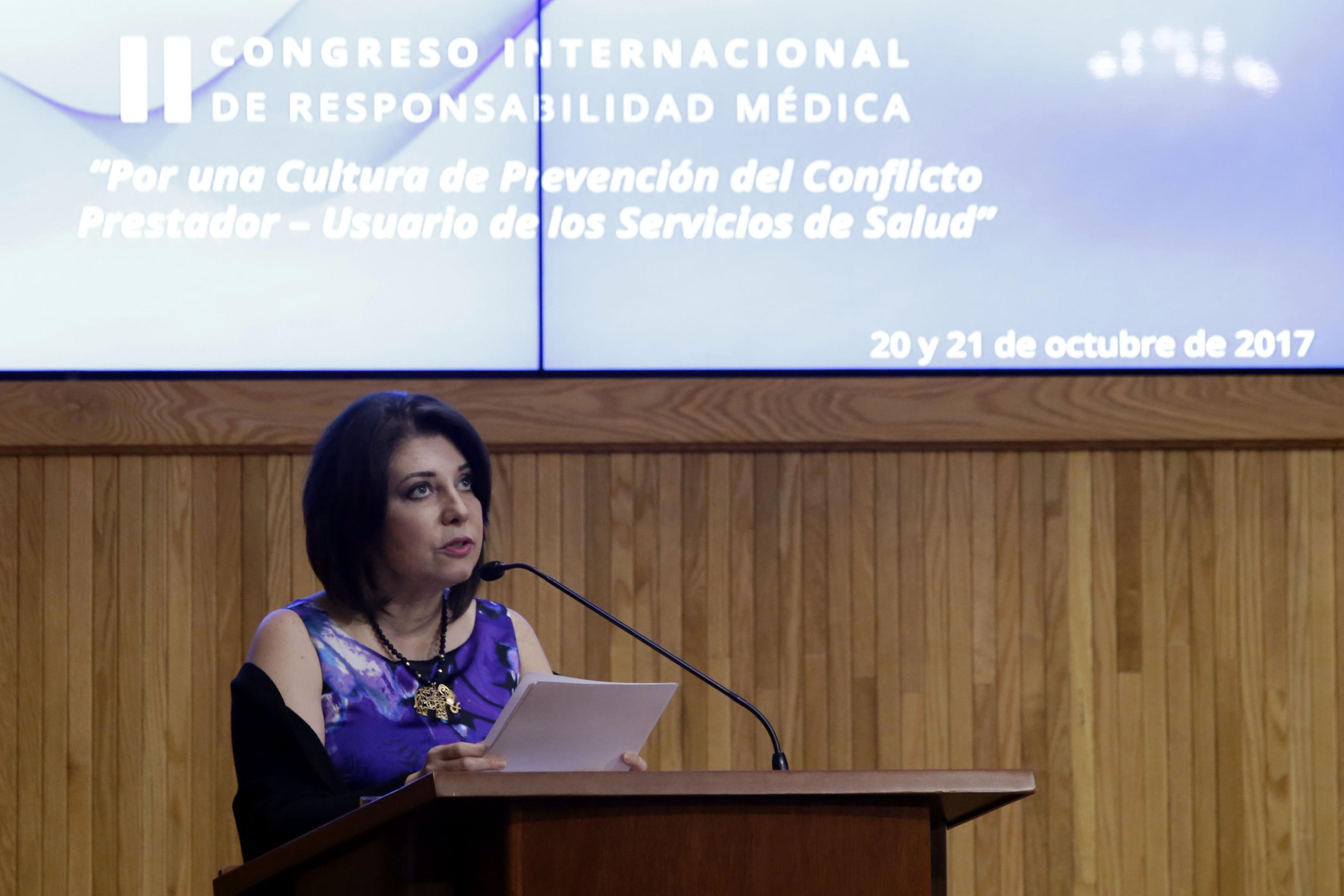Doctora Carmen Rodríguez Armenta, titular de la Coordinación General Administrativa de la UdeG haciendo uso de la palabra.