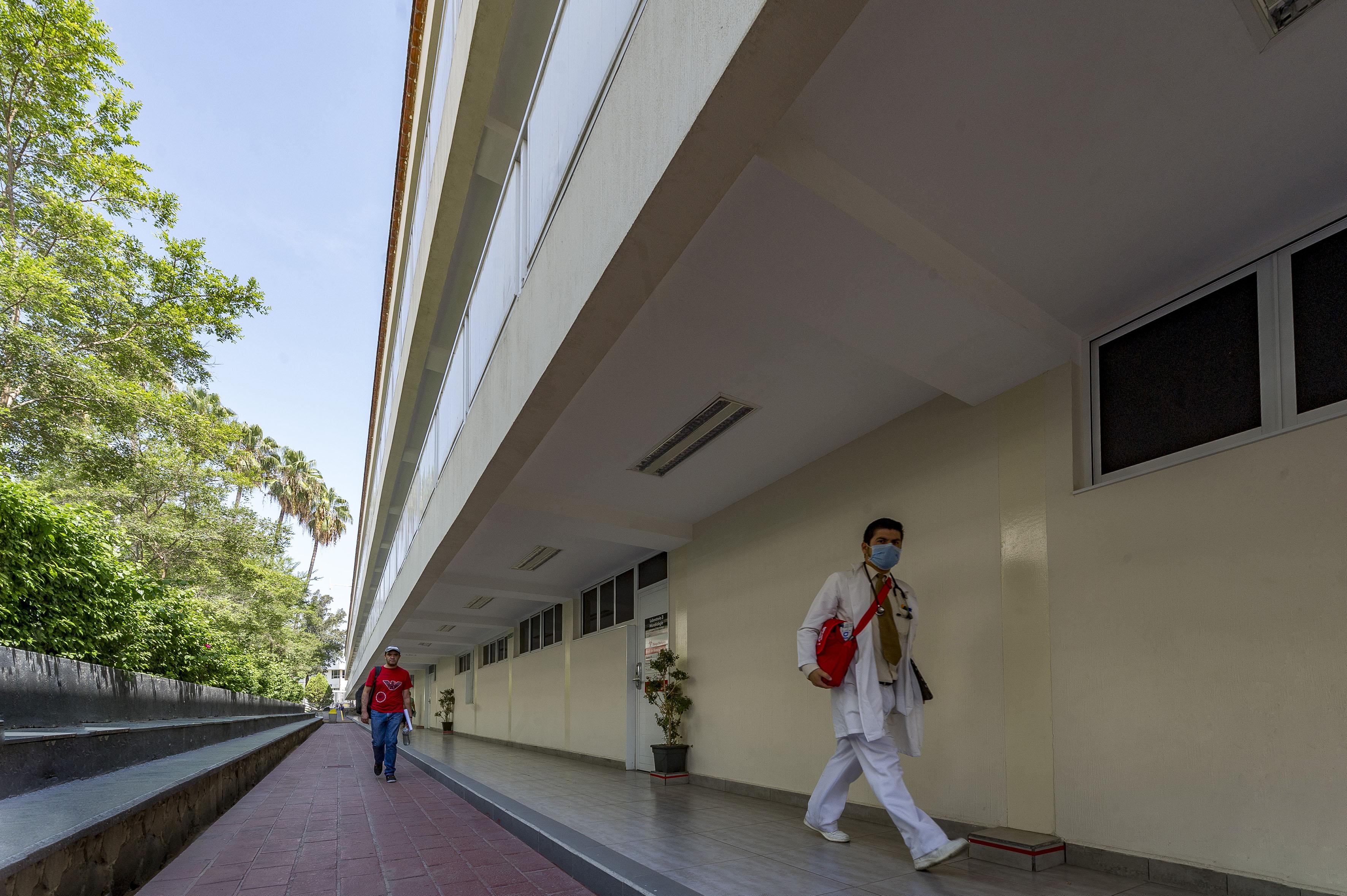 Estudiante caminando por los pasillos delCentro Universitario de Ciencias de la Salud (CUCS)