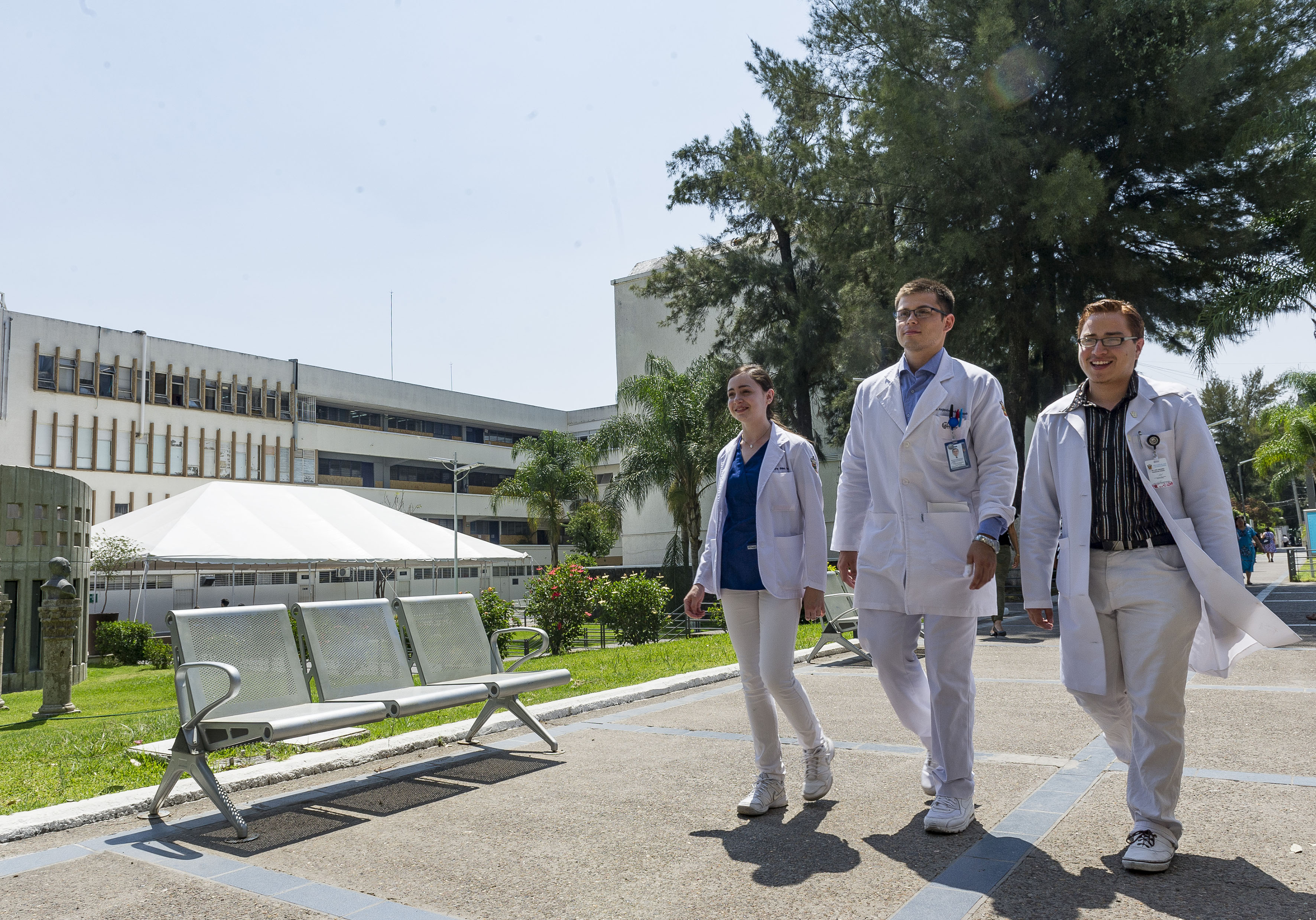 Estudiantes de la licenciatura en Medicina del Centro Universitario de Ciencias de la Salud (CUCS)