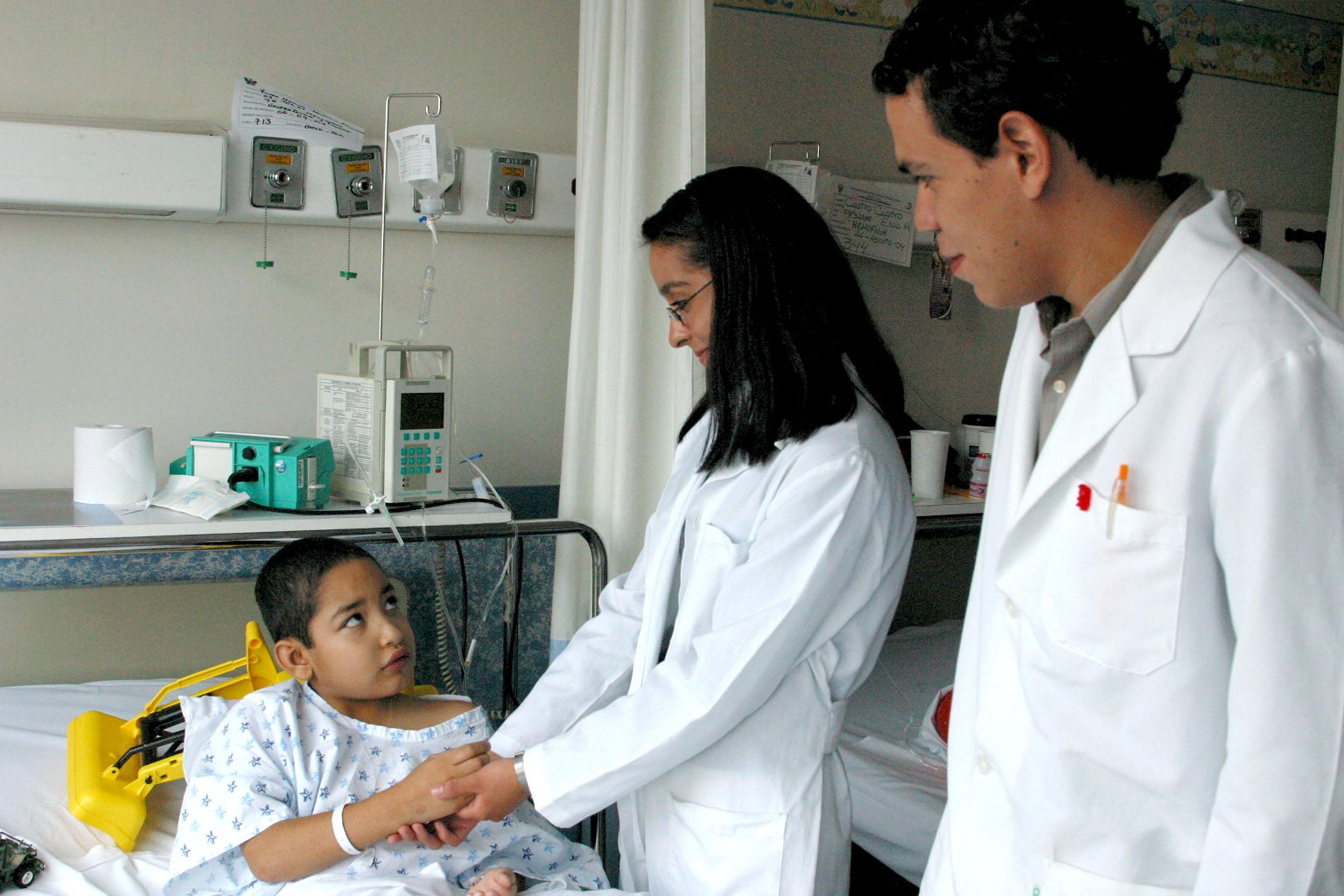 Medicos tratando a un niño
