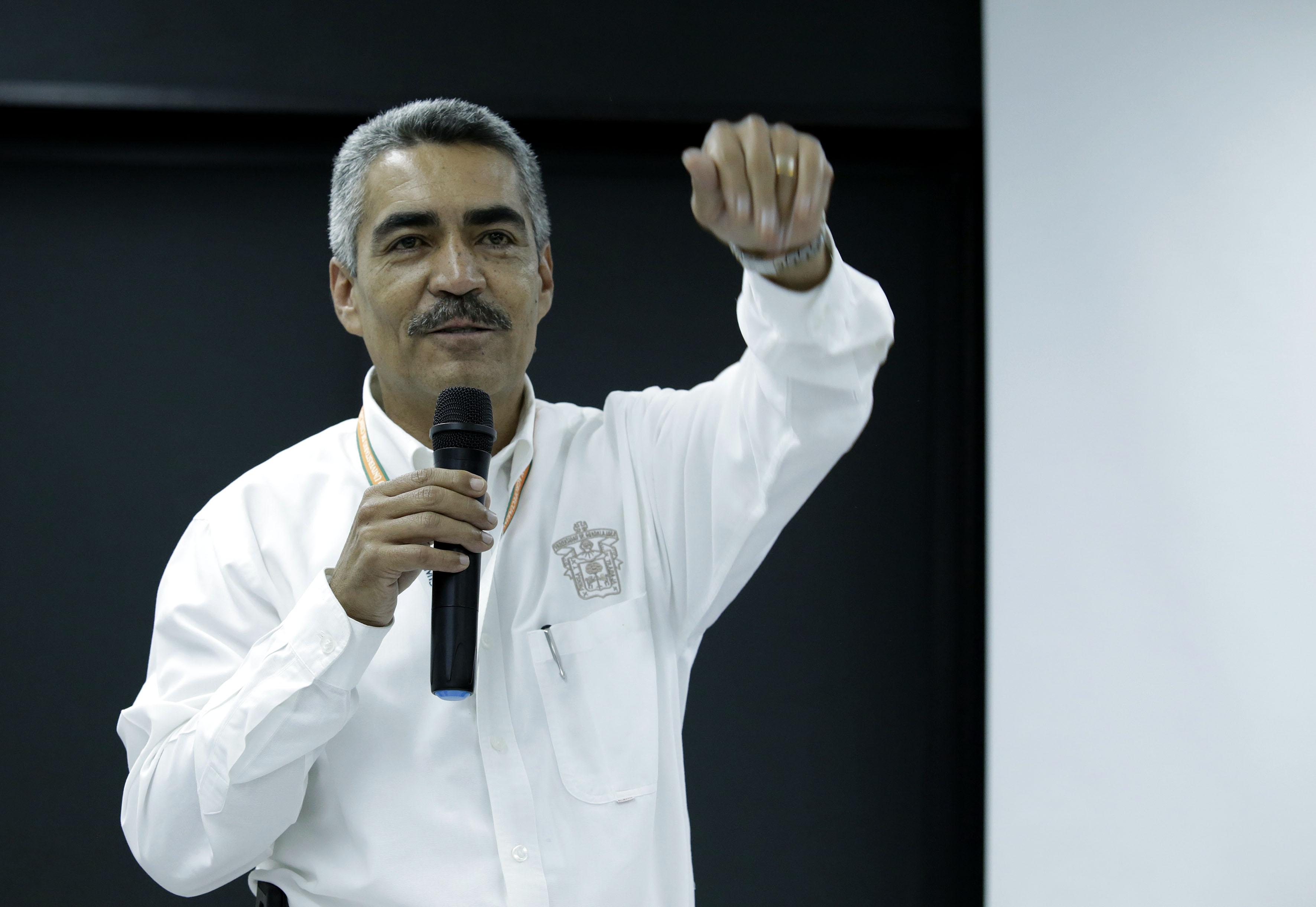 Ponente haciendo uso de la palabra en el  secretario de la Coordinación de Planeación y Desarrollo Institucional (Copladi), de la Universidad de Guadalajara