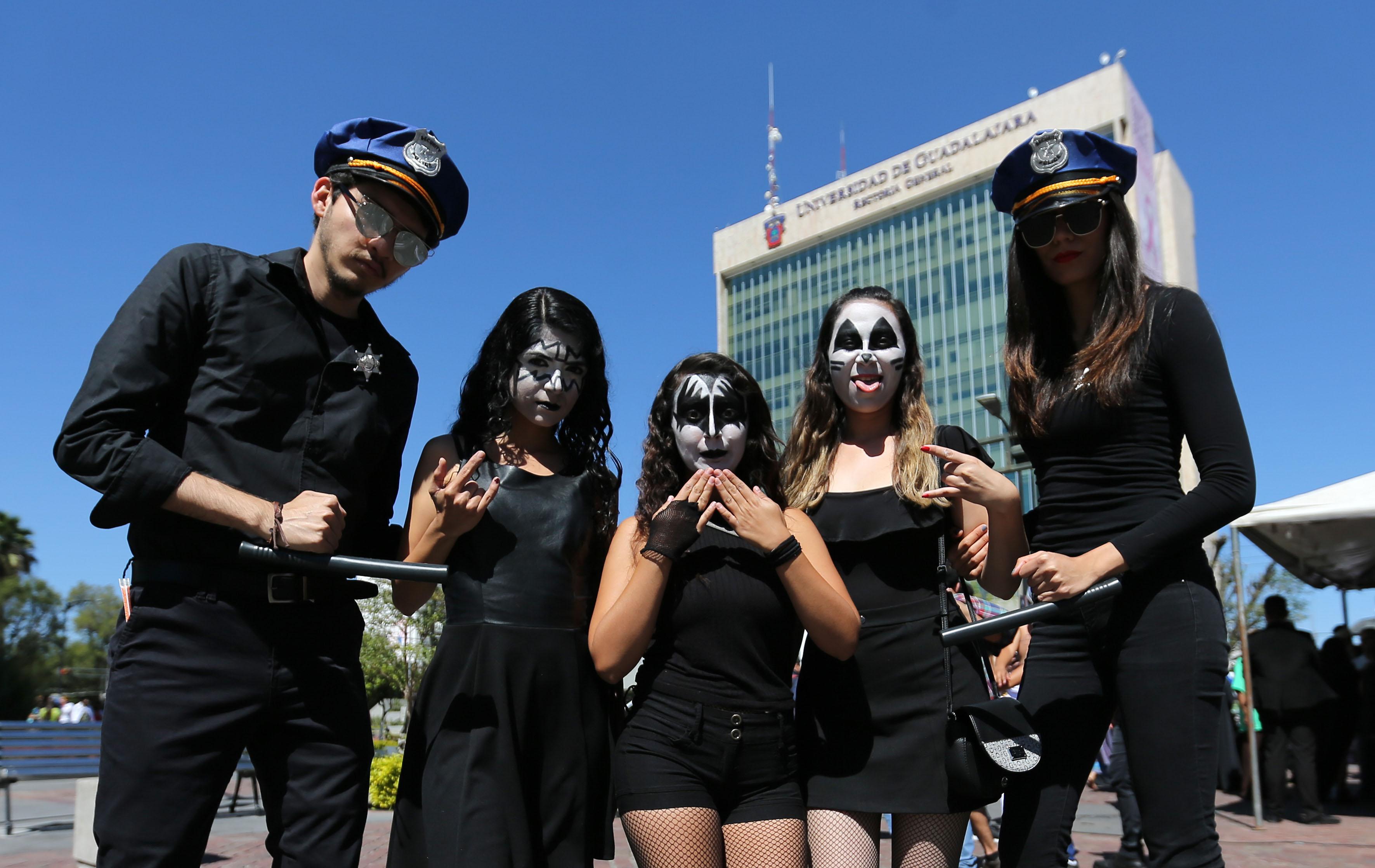 Estudiantes vestidos de policias participando en el Aquelarre