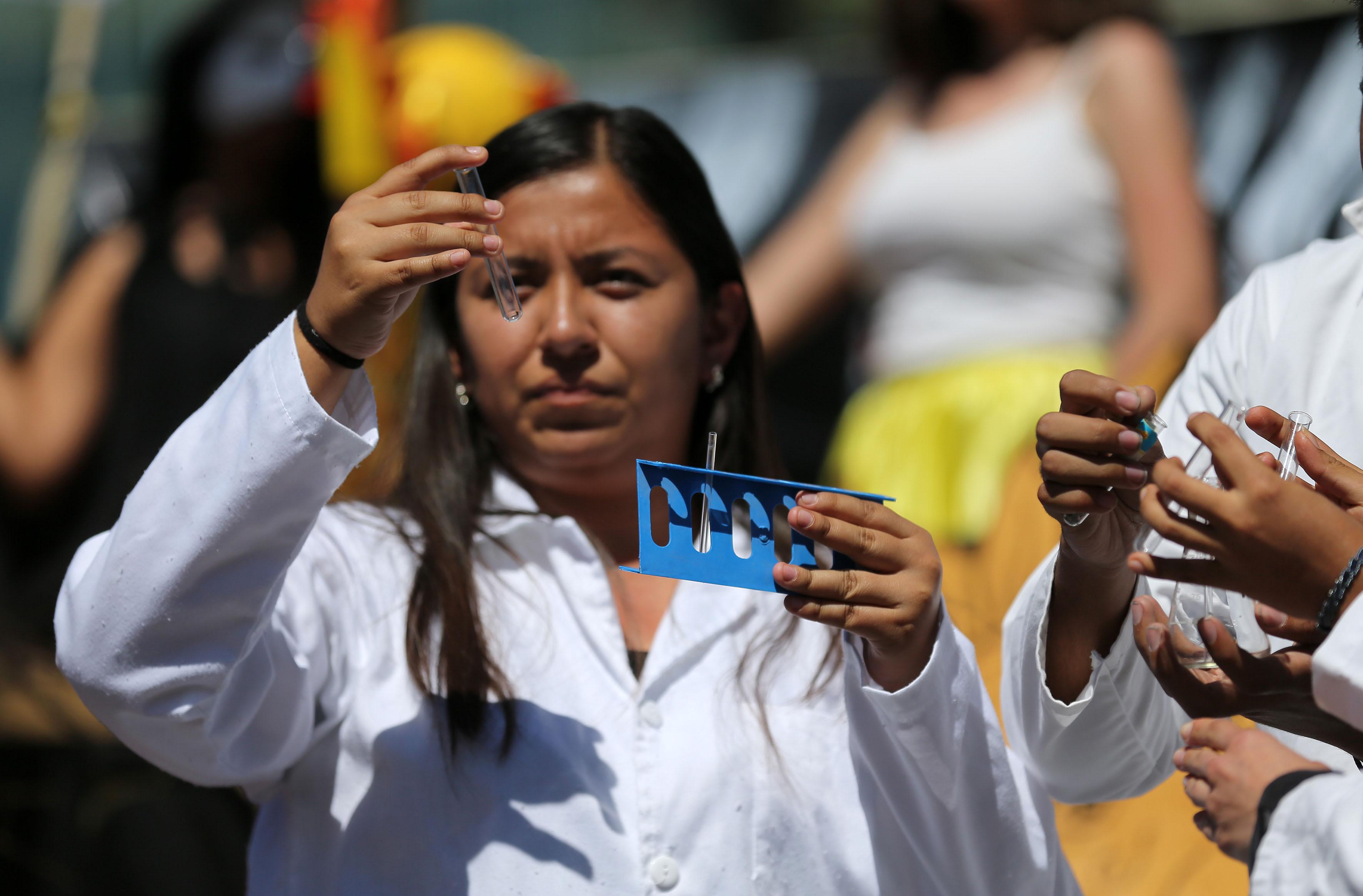 Estudiante de la licenciatura en Química del Centro Universitario de Ciencias Exactas e Ingenierías (CUCEI), de la Universidad de Guadalajara (UdeG), participando en el Aquelarre