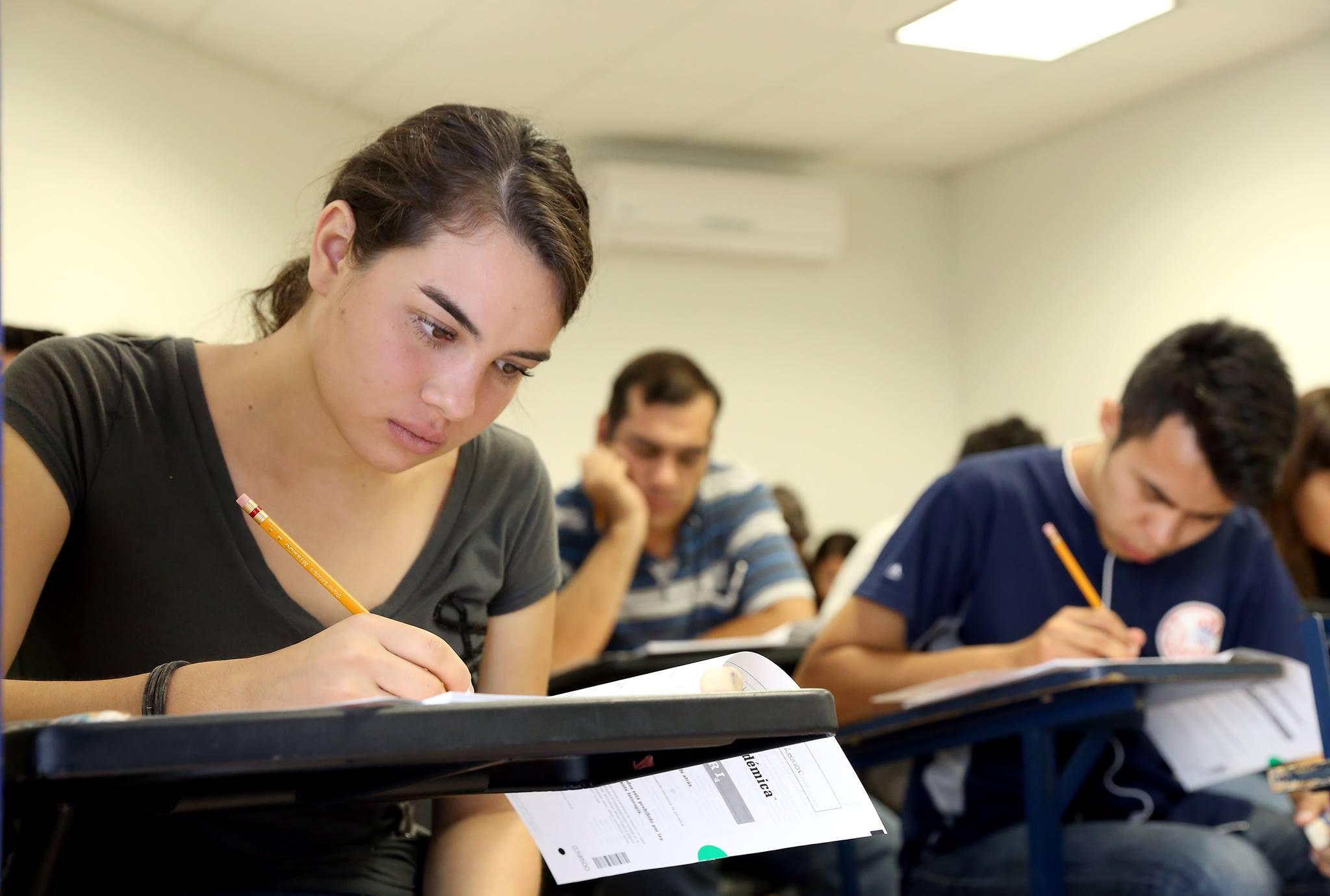 Aspirantes realizando examen de admisión
