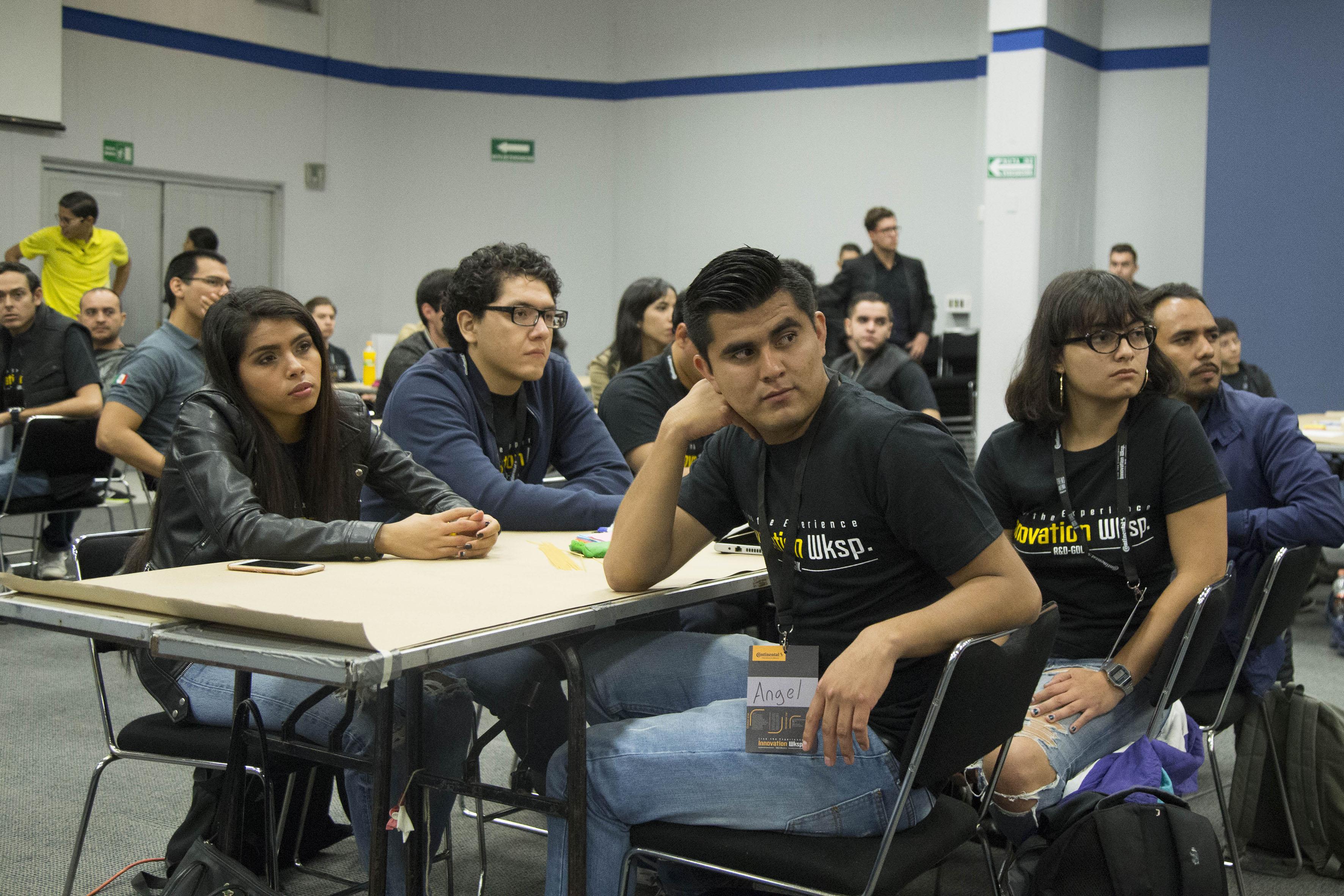 Asistentes al  Innovation Workshop en el núcleo de auditorios del CUCEA