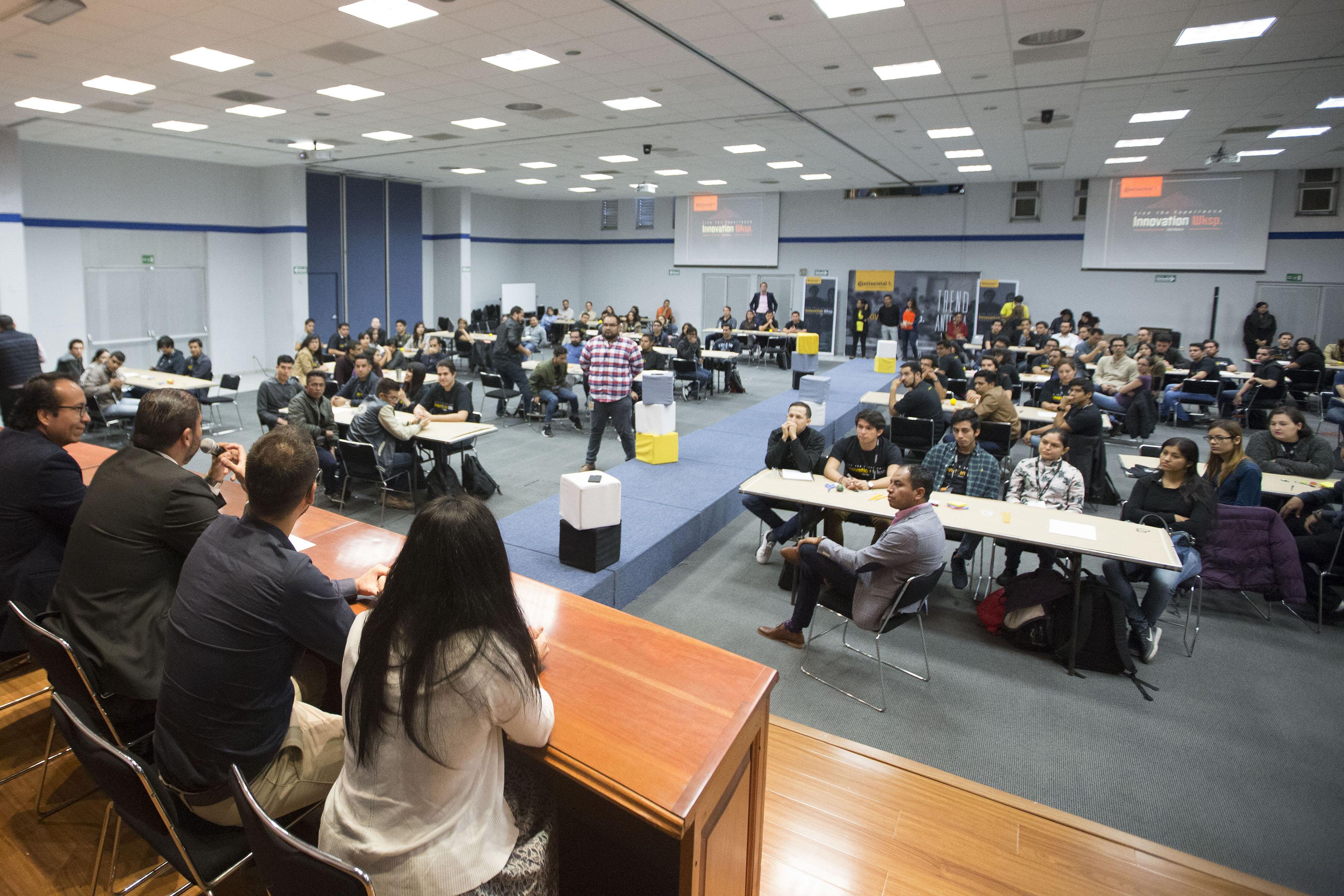 Ponente haciendo uso de la palabra en la Inauguración de  Innovation Workshop en el núcleo de auditorios del CUCEA