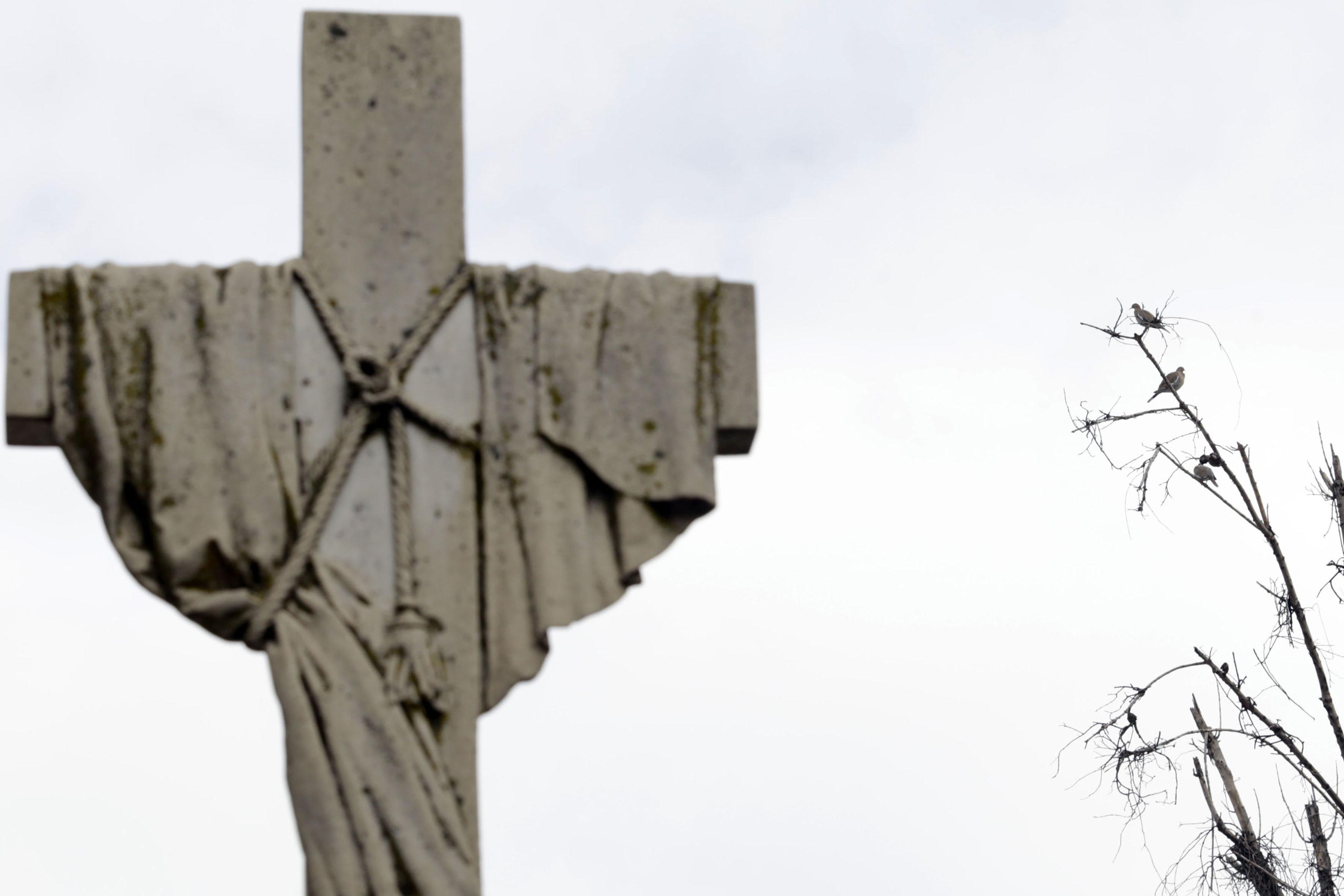 Cruz de cemento, edificada en la tumba de un panteón.