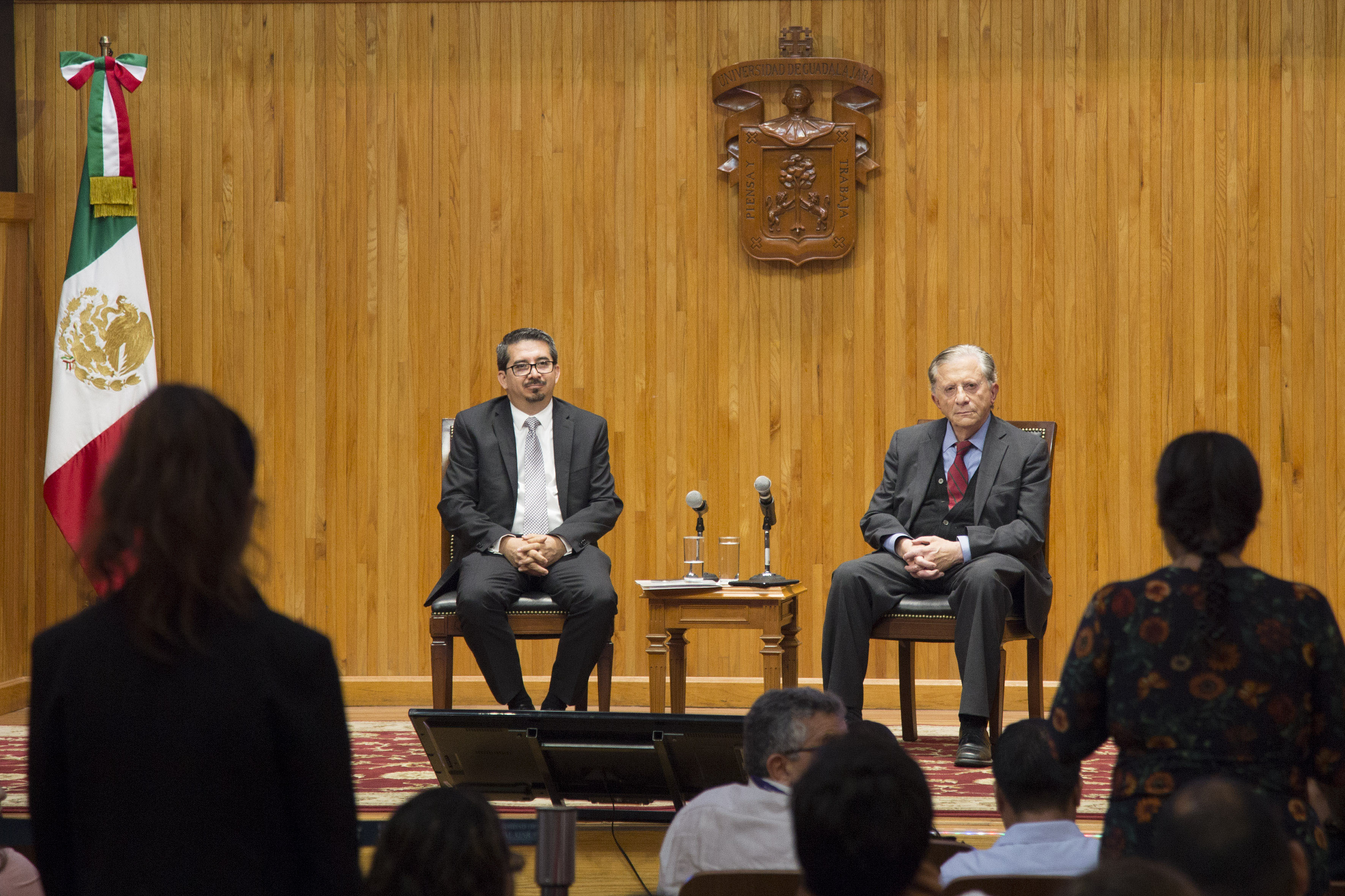 Mujer asistente al evento, haciendo preguntas durante la charla llevada por el Rector del CUCEA, maestro José Alberto Castellanos Gutiérrez, y el Secretario de Innovación, Ciencia y Tecnología de Jalisco, maestro Jaime Reyes Robles.
