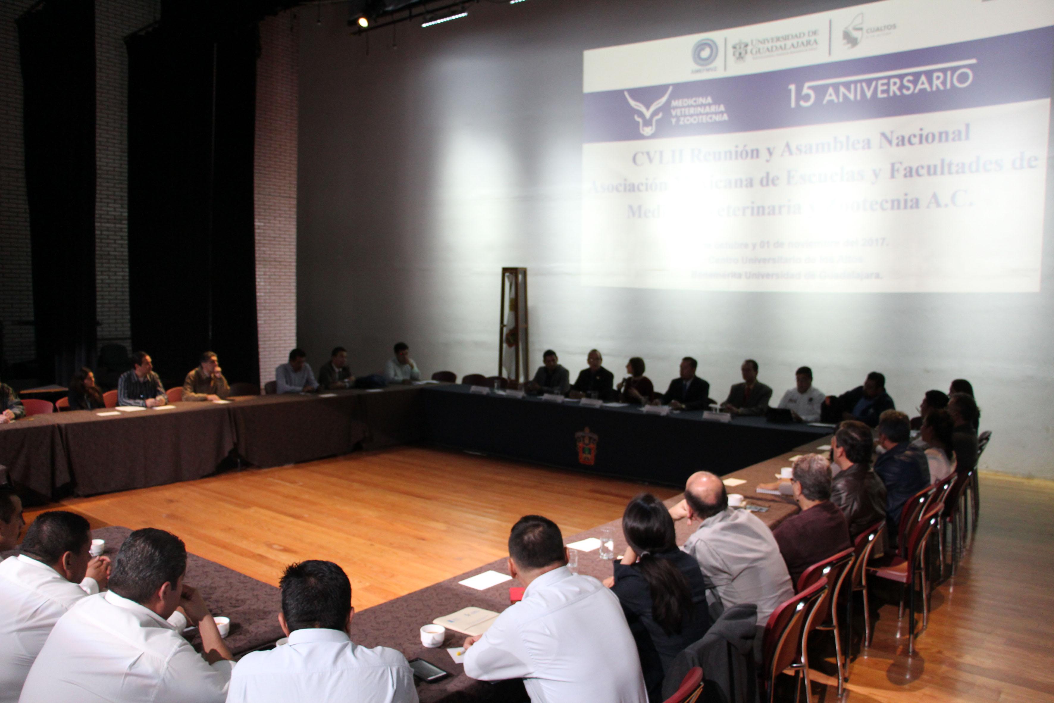 Directores y profesores de 18 facultades y escuelas de Veterinaria de todo el País, reunidos en el CUAltos, durante la CLVII (157) Reunión Nacional de la Asociación Mexicana de Escuelas y Facultades de Medicina Veterinaria y Zootecnia A.C. (AMEFMVZ).