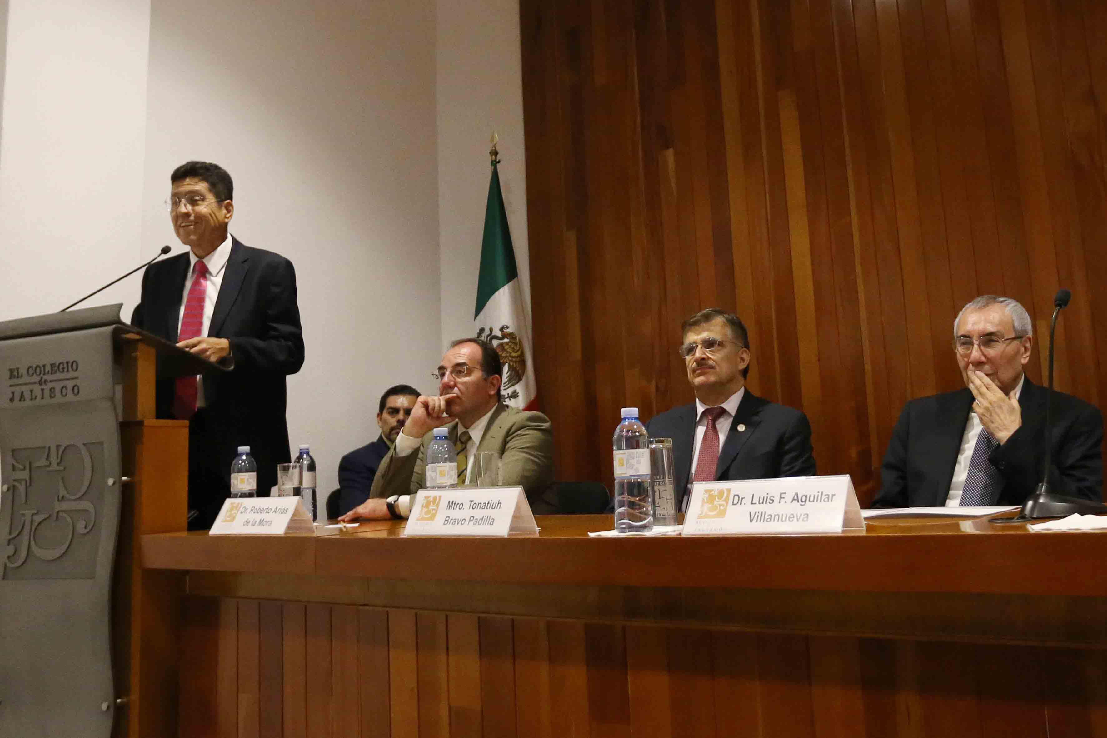 Maestro Itzcóatl Tonatiuh Bravo Padilla, Rector General de la Universidad de Guadalajara y miembro del presídium, participando en la ceremonia.