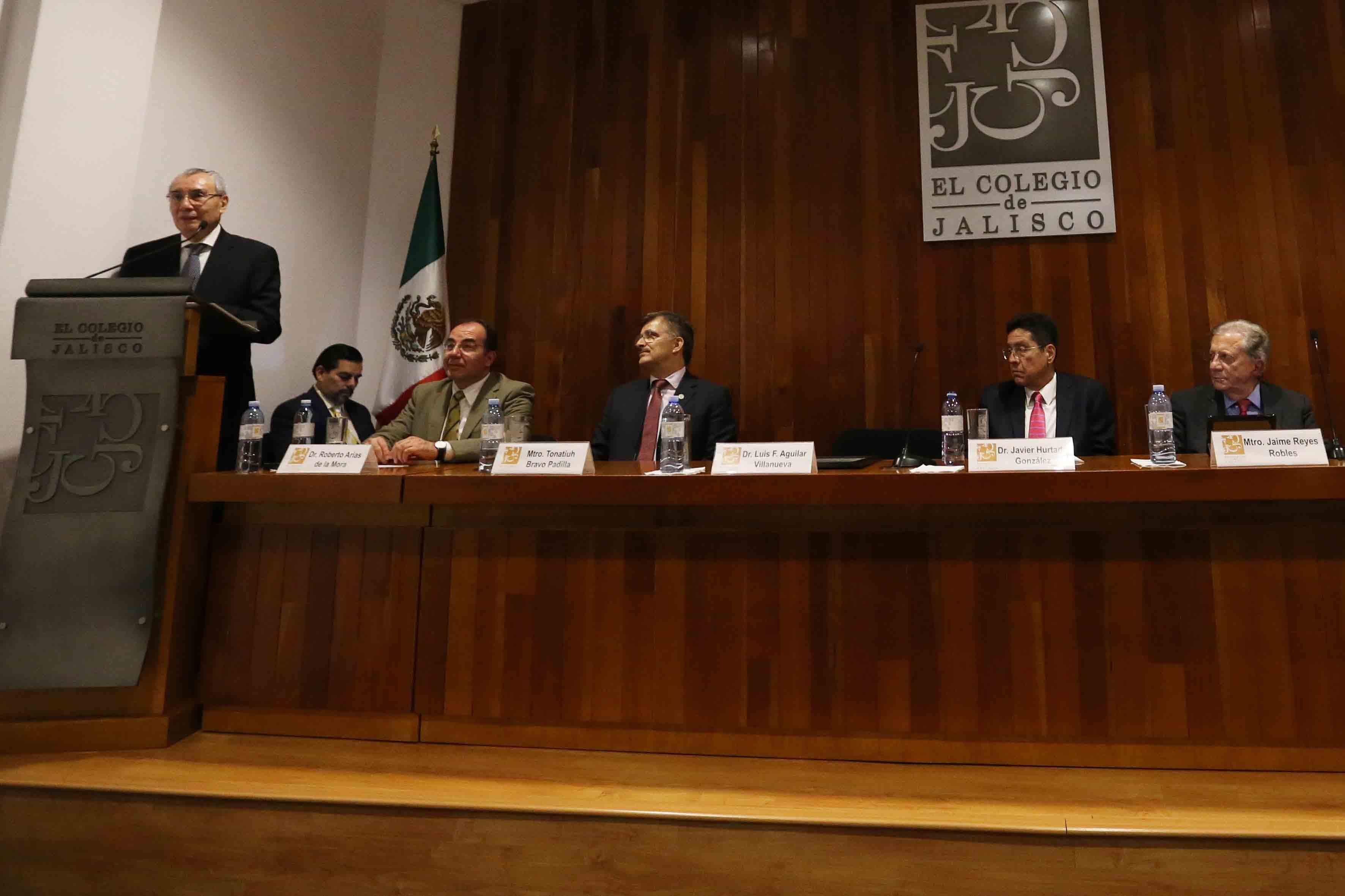 Doctor Luis Fernando Aguilar Villanueva, director del Instituto de Investigación en Políticas Públicas y Gobierno del Centro Universitario de Ciencias Económico Administrativas (CUCEA), impartiendo conferencia.