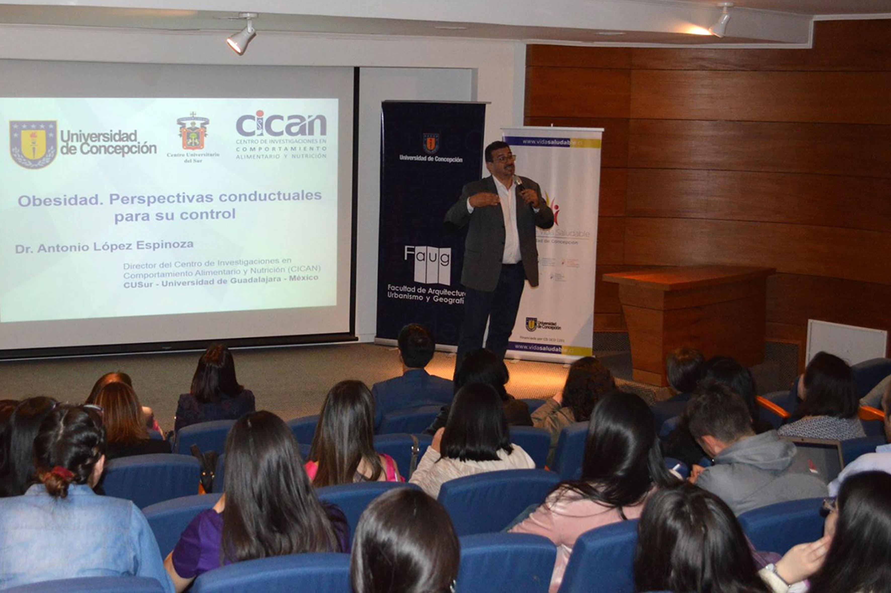 Antonio López Espinoza, director del CICAN, haciendo uso de la palabra
