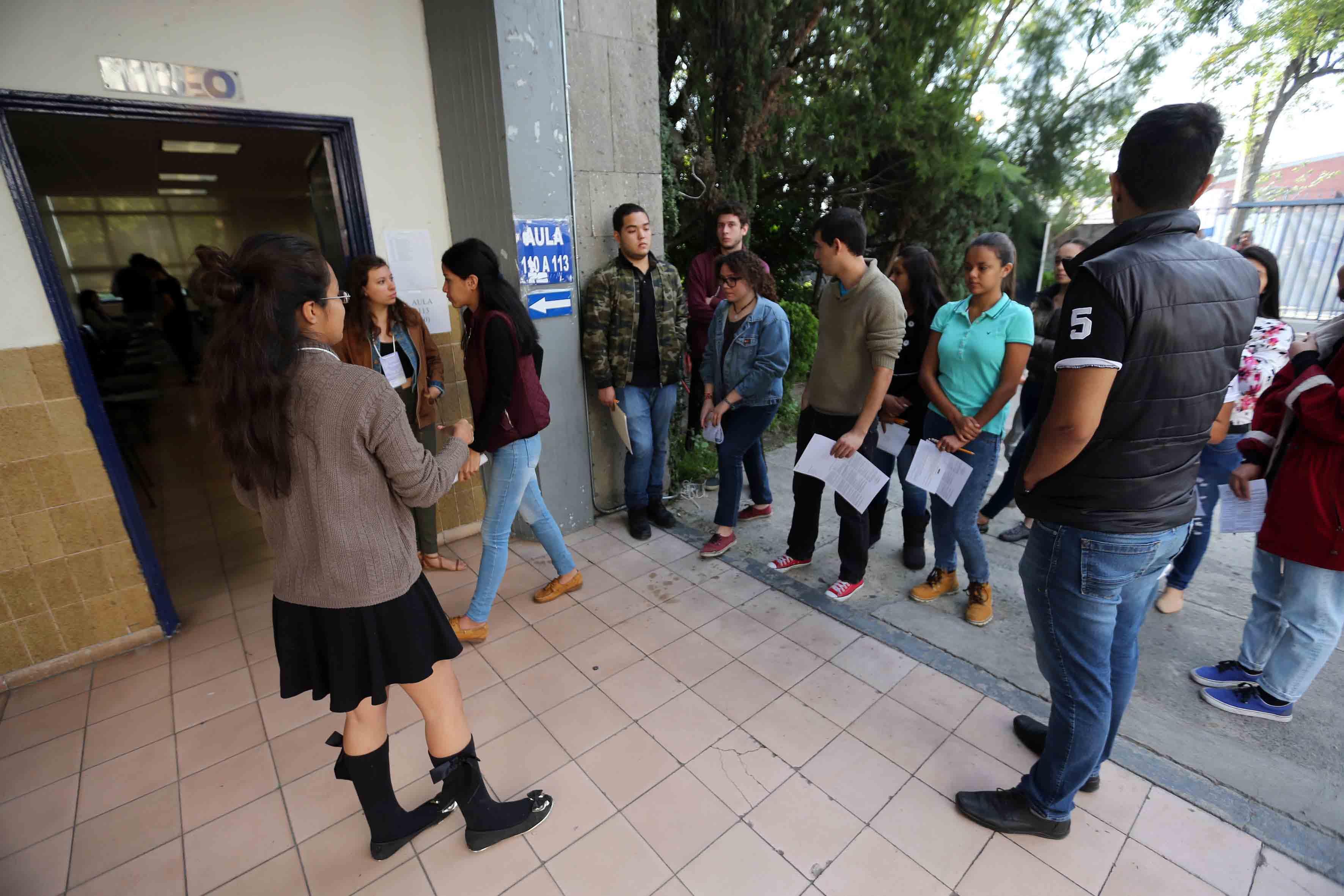 Jóvenes aspirantes formados en fila y listos para realizar el examen de admisión del calendario escolar 2018-A.