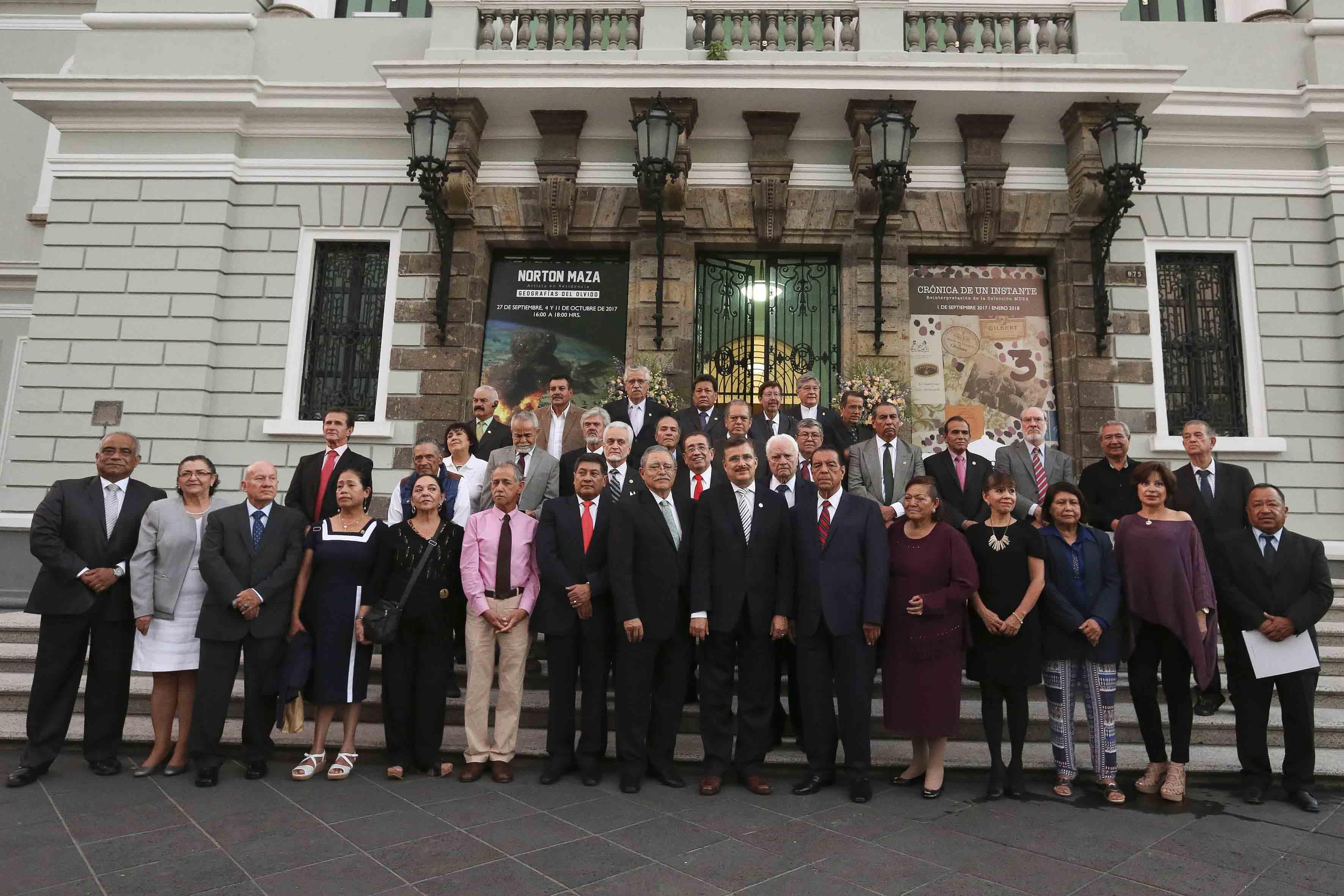 Rector General, maestro Itzcóatl Tonatiuh Bravo Padilla junto a personal académicos y administrativo en el Paraninfo Enrique Días de León