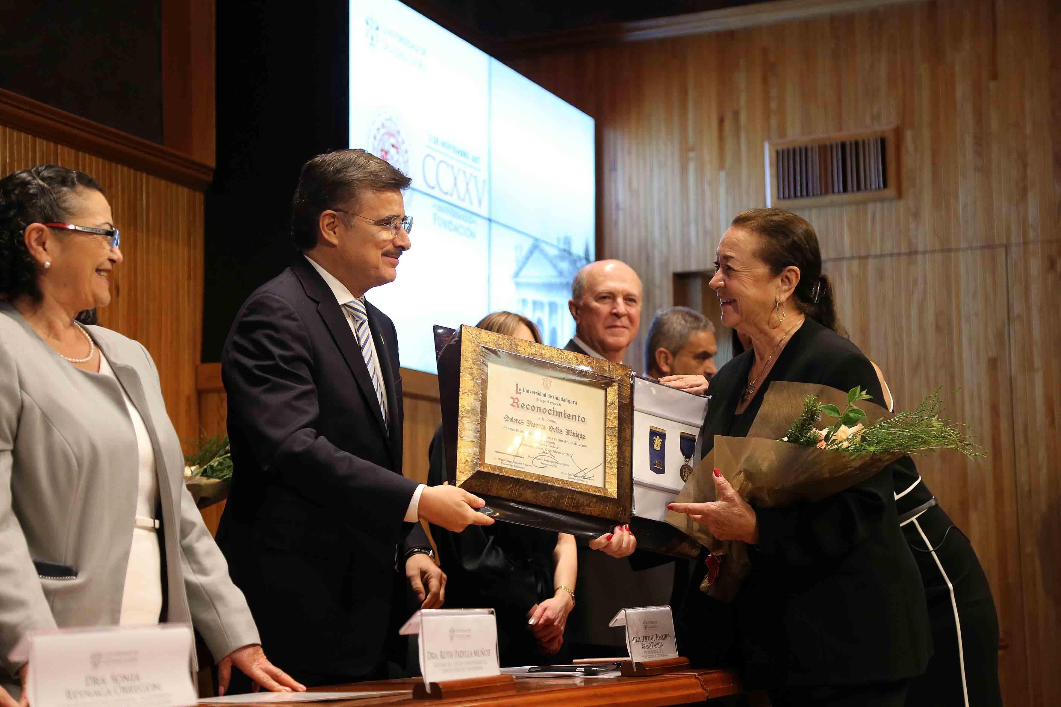 Rector General, maestro Itzcóatl Tonatiuh Bravo Padilla, haciendo entrega de reconocimiento