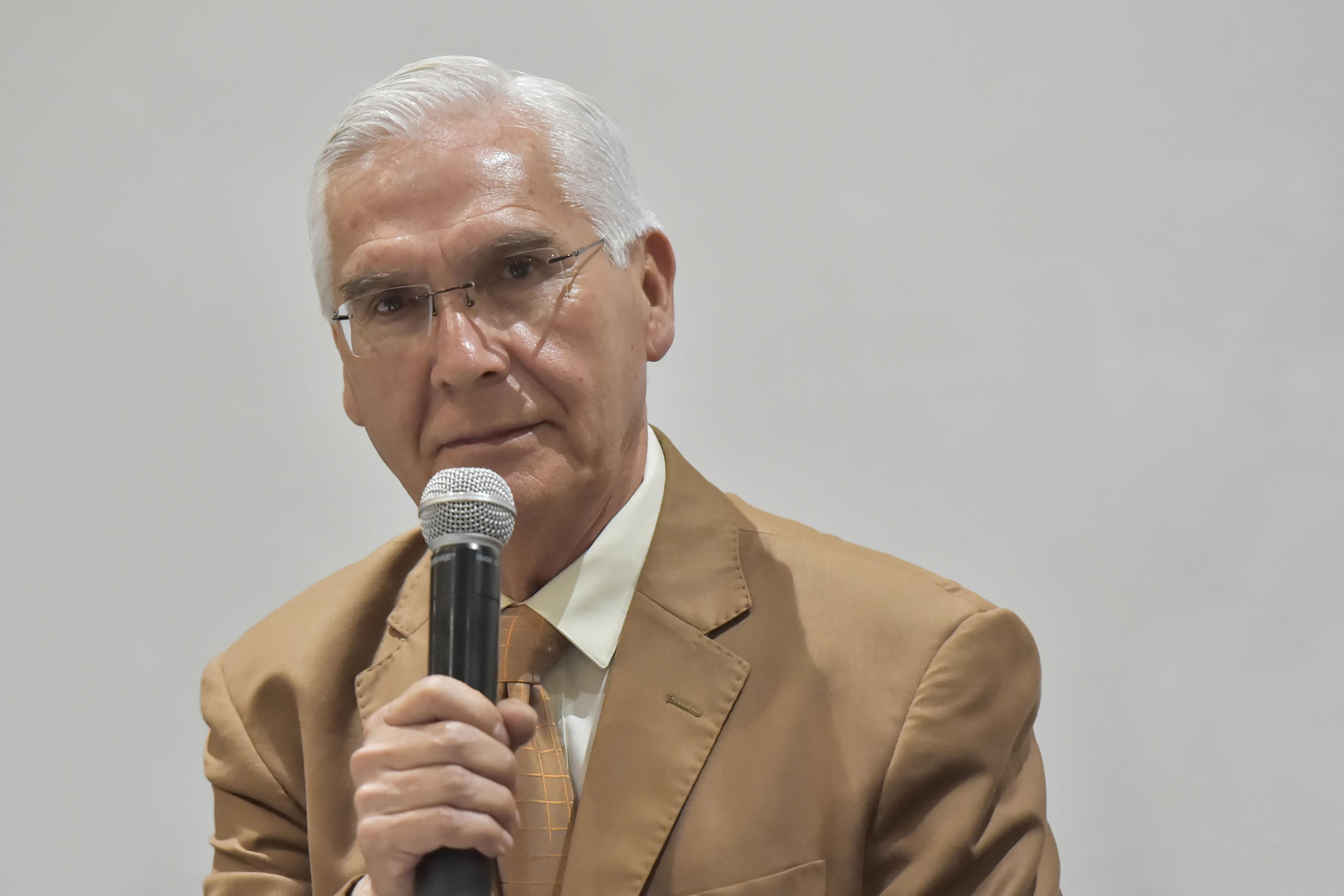 Doctor Alfredo Ramos, con micrófono en mano, haciendo uso de la palabra.