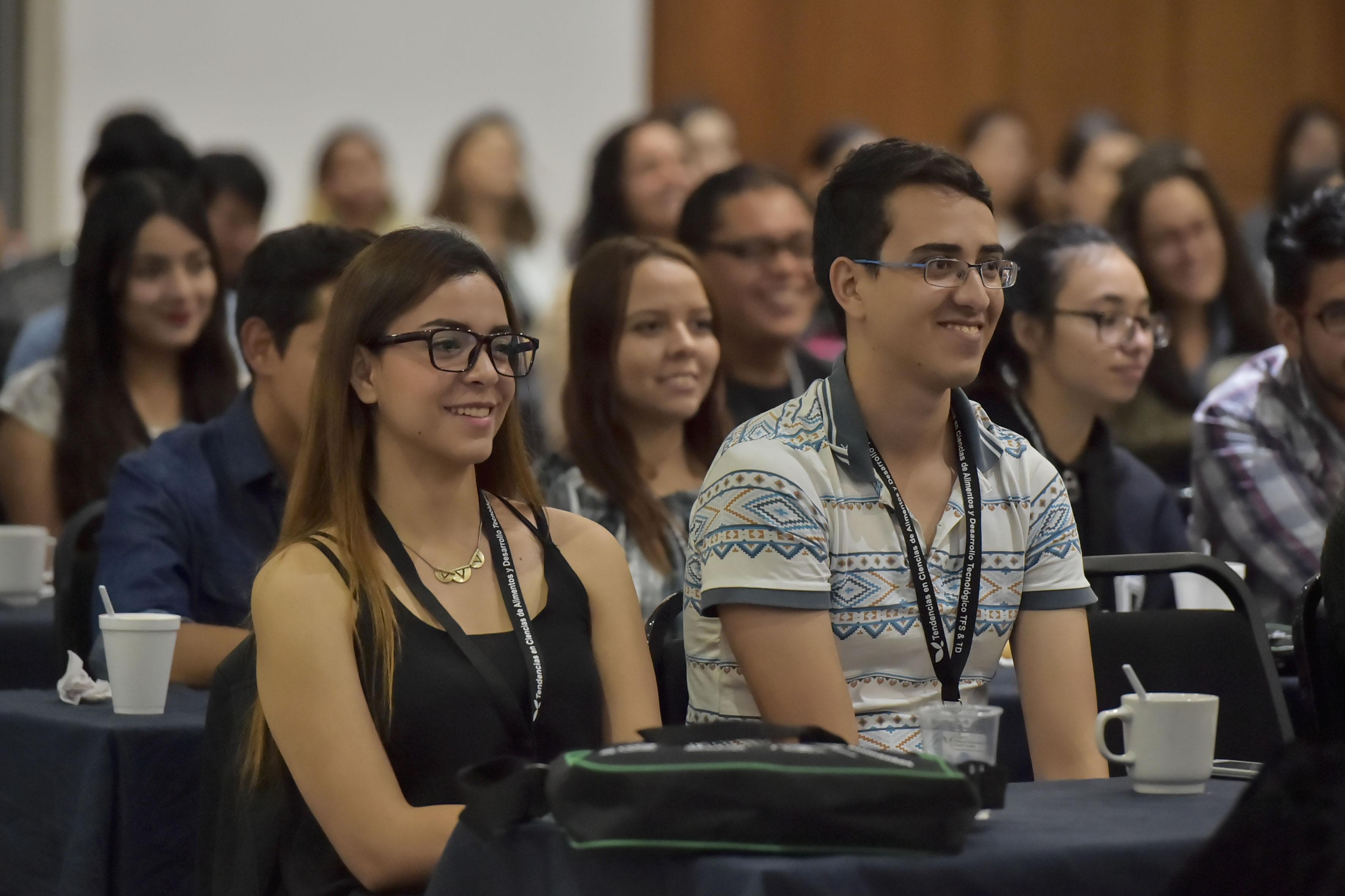 Estudiantes universitarios asistentes al Congreso sobre tendencias en alimentos y tecnología.