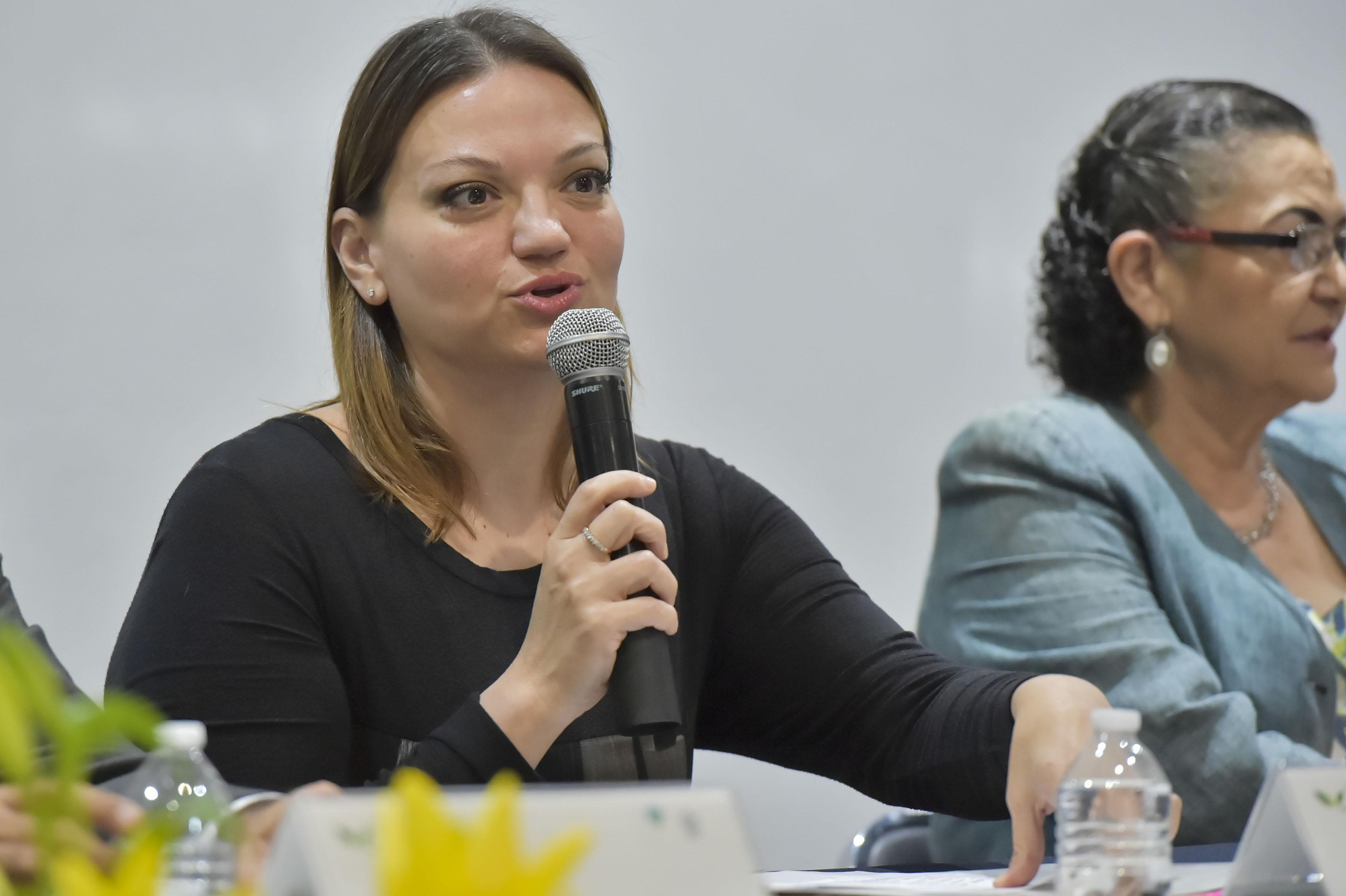 Rectora del Centro Universitario de la Ciénega, maestra María Felícitas Parga Jiménez, con micrófono en mano haciendo uso de la palabra.