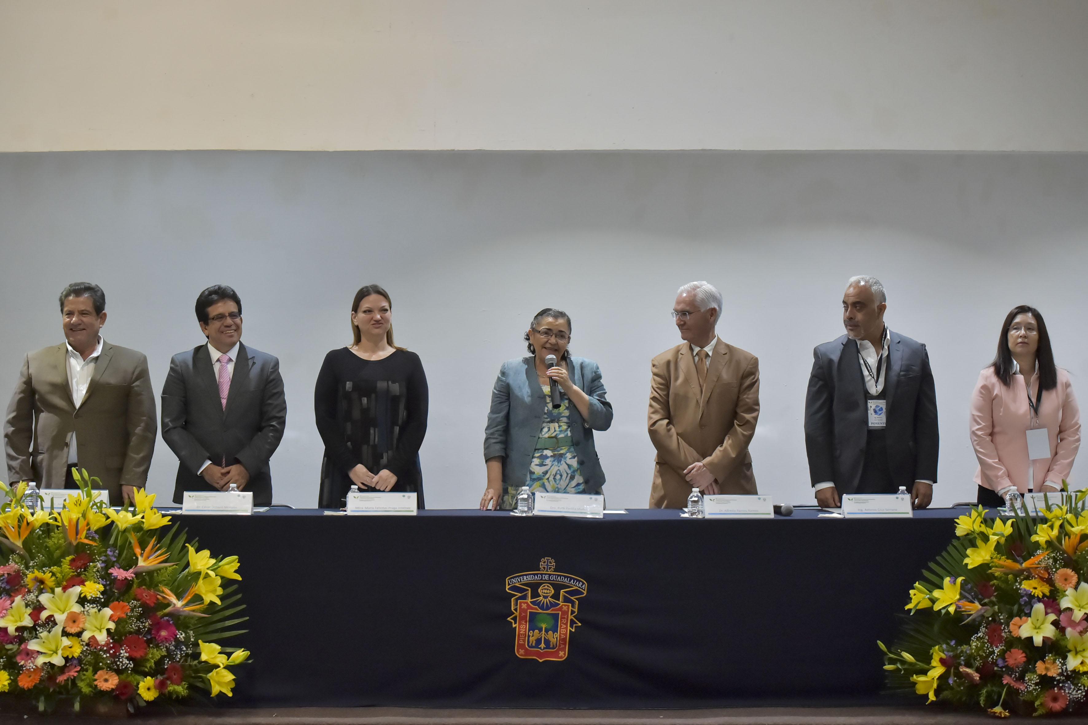 Rectora del Centro Universitario de Ciencias Exactas e Ingenierías, doctora Ruth Padilla Muñoz, haciendo uso de la palabra en acto inagural del Congreso sobre tendencias en alimentos y tecnología.