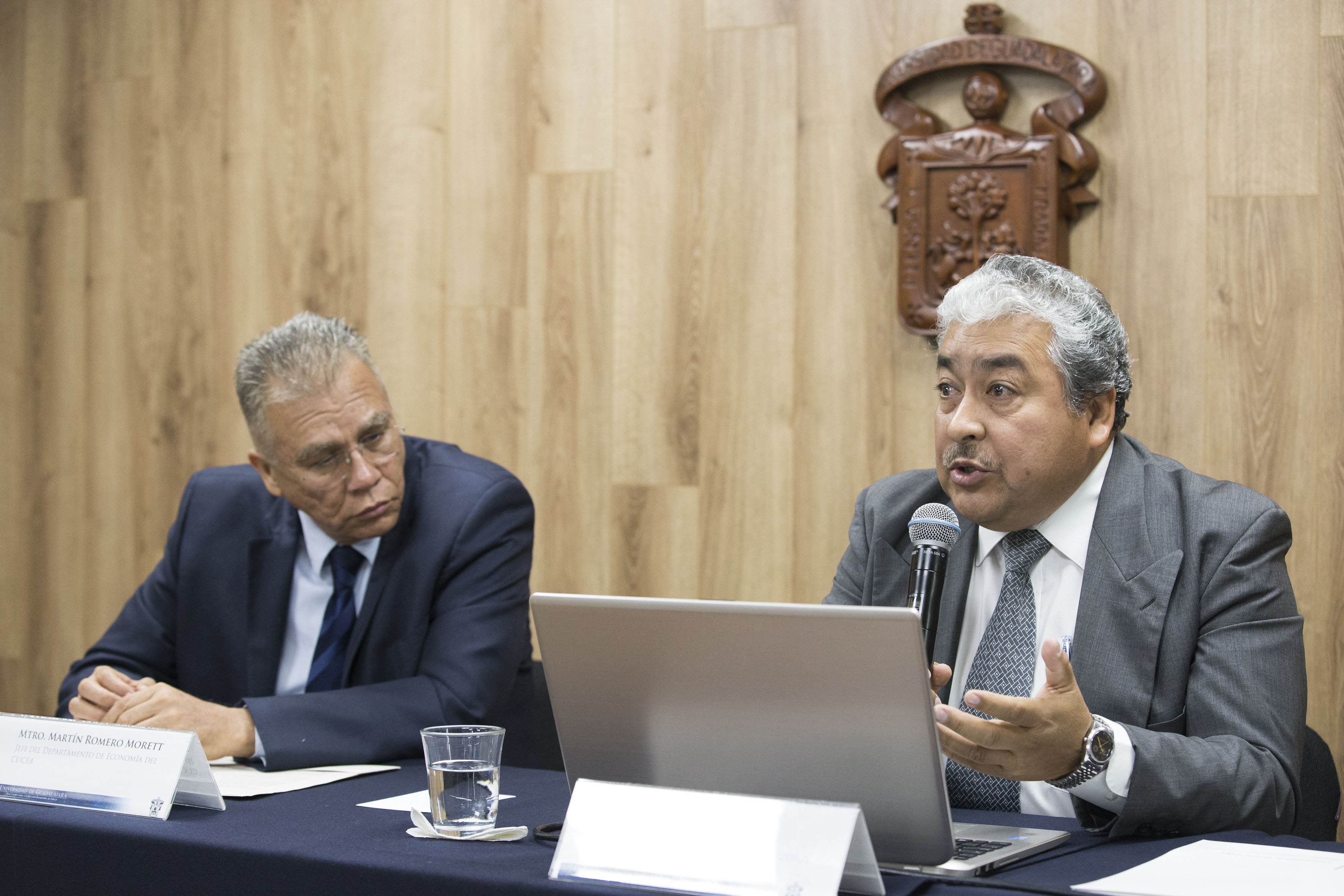 Dr. Héctor Luis del Toro Chávez haciendo uso de la palabra en rueda de prensa
