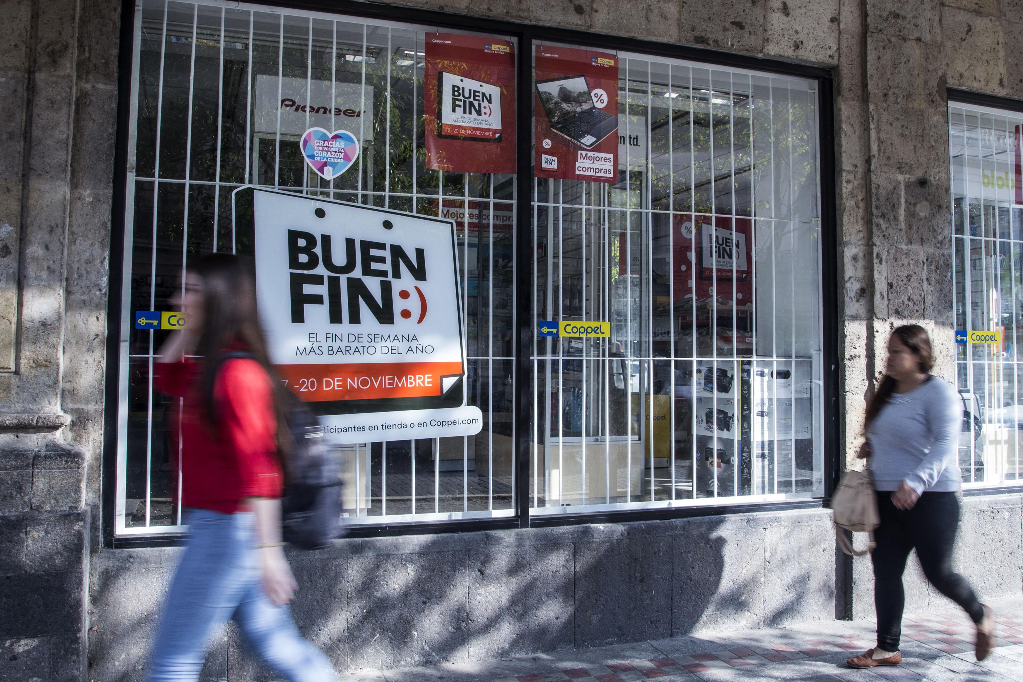 """Tienda departamental con letreros de """"El Buen Fin"""""""