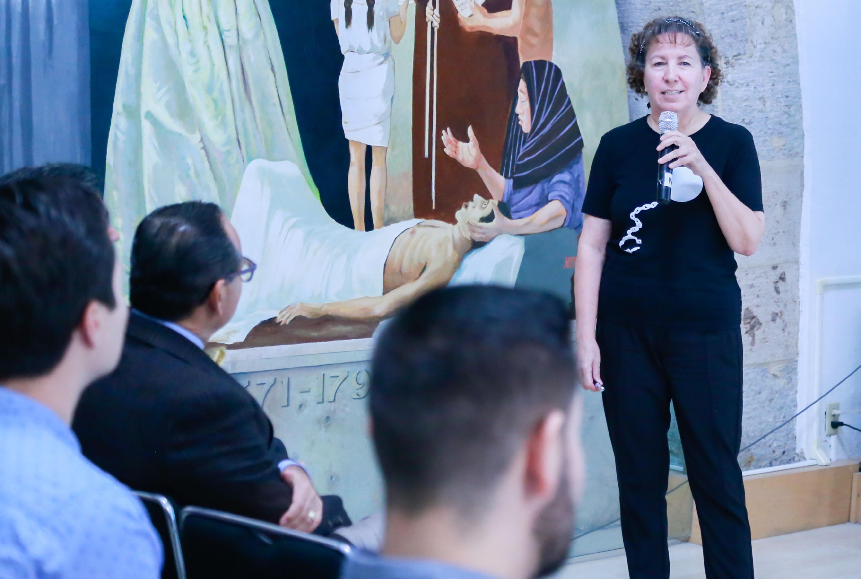 """Dra Alicia Huazano-García durante el simposio """"Agavinas: prebióticos para el manejo de la obesidad"""""""