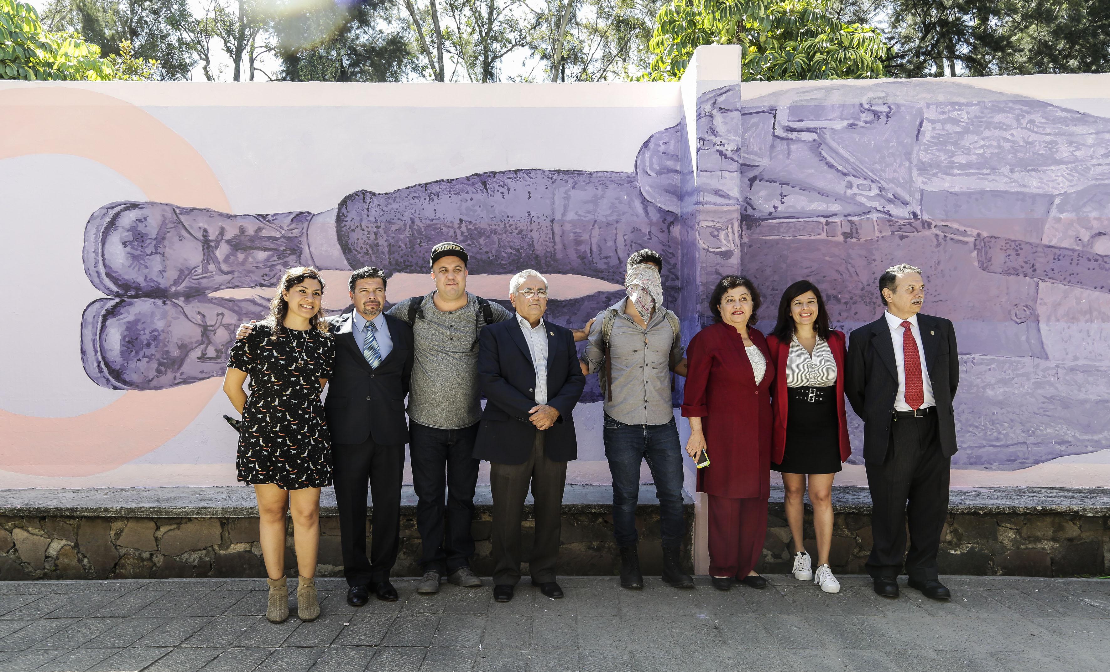 Académicos del CUCEA y el artista urbano Himed en la  ceremonia de inauguración